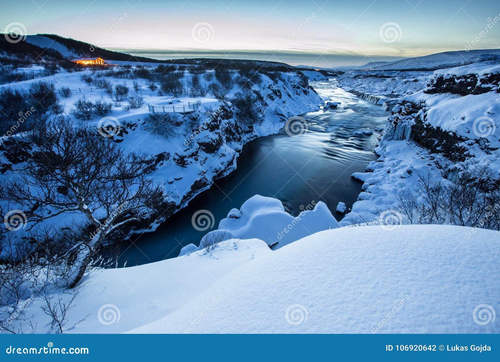 Hraunfossar siklawa w zimie, Iceland
