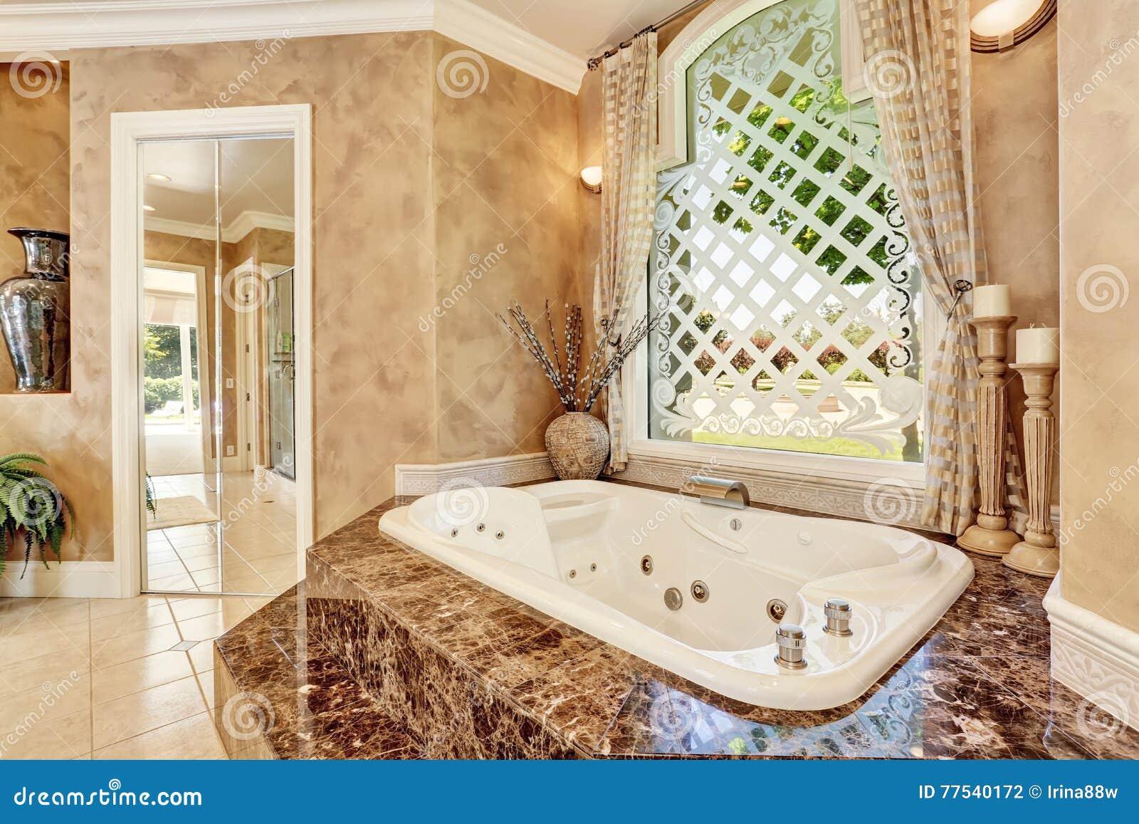 Härlig Lyxig Marmorbadruminre I Beige Färg Arkivfoto - Bild: 77540172