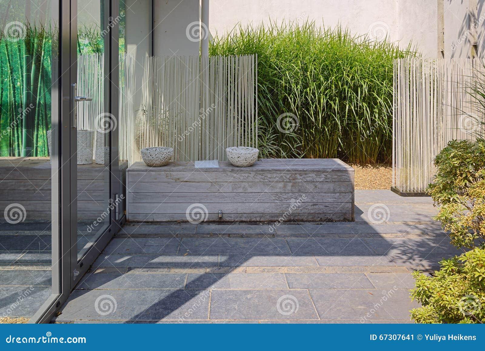 Härlig trädgårds  idé redaktionell bild   bild: 67307641