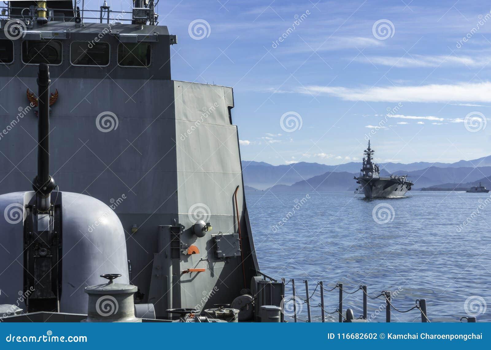 HTMS Narathiwat Na morzu patrolu frontowy Tajlandzki naczynie Ise za Japońskim śmigłowcowym niszczycielem i JS żeglujemy w morzu