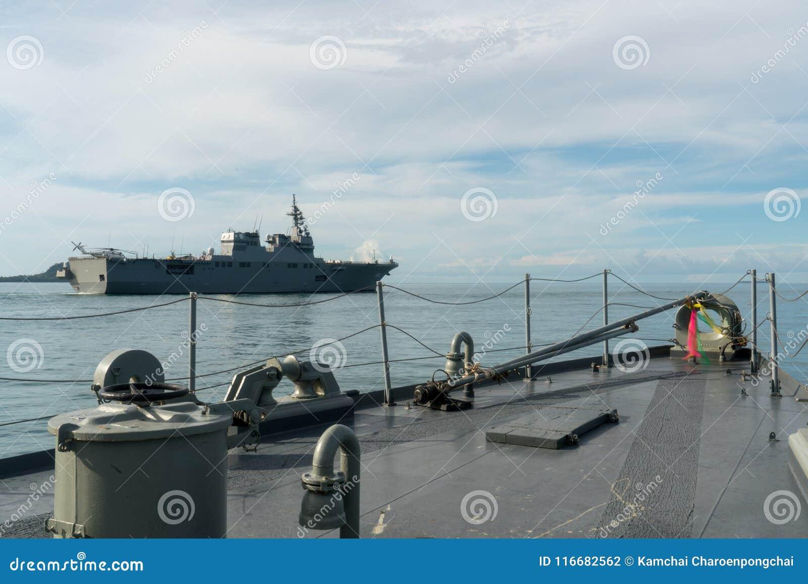 HTMS Narathiwat Na morzu patrolu prawy Tajlandzki naczynie Ise i JS opuszczaliśmy Japońskiego śmigłowcowego niszczyciela żagiel w