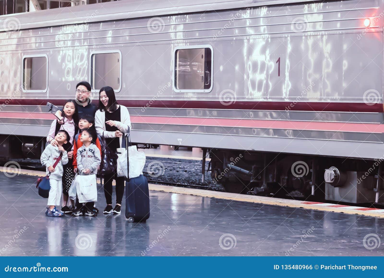 Hua Lampong stacja kolejowa Bangkok Tajlandia, Grudzień, -, 2018: Azjatycki rodzinny wp8lywy selfie przy estradowym szczęśliwym w