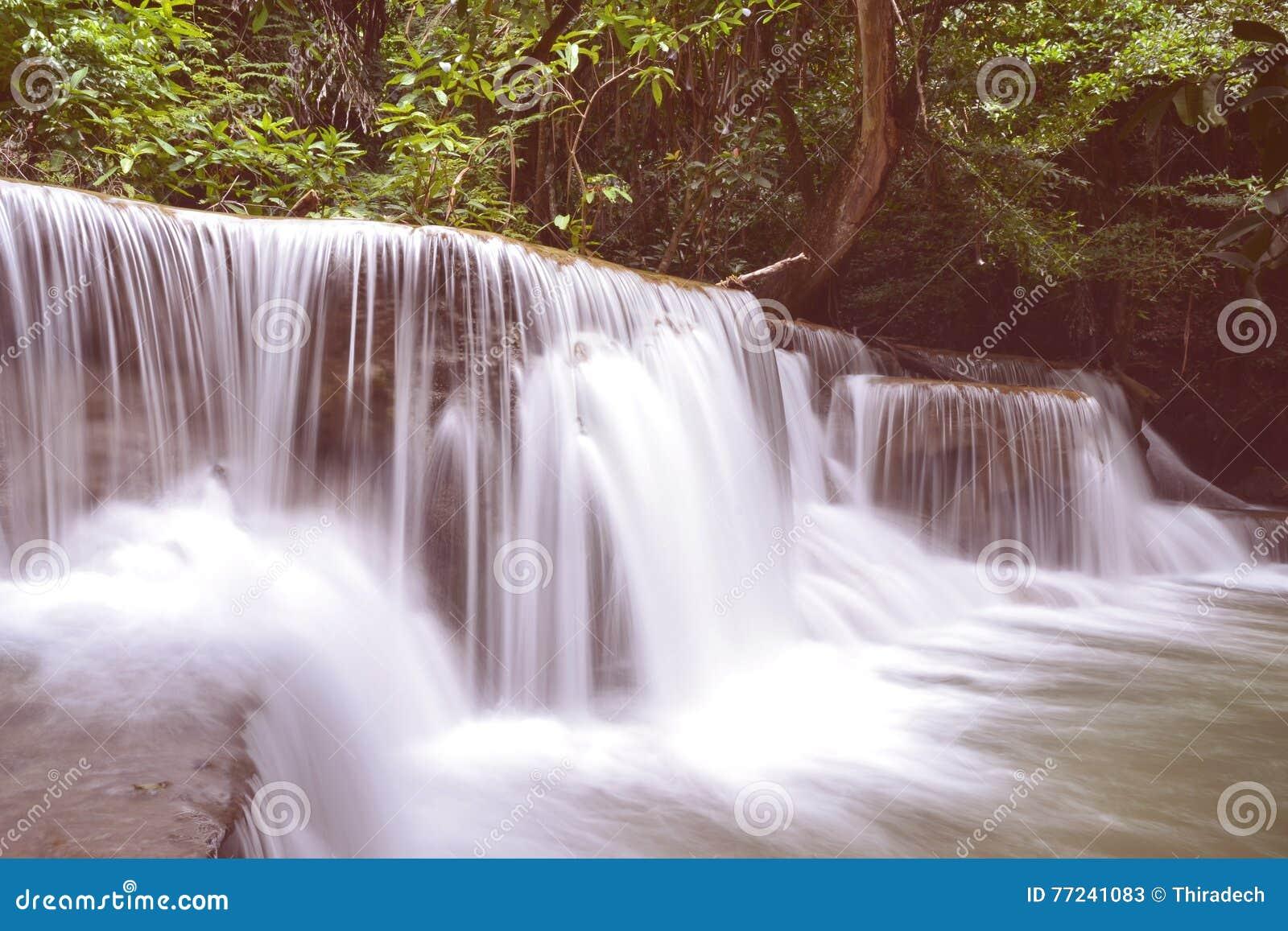 Huai Mae Kamin водопад расположено на нации запруды Srinakarin