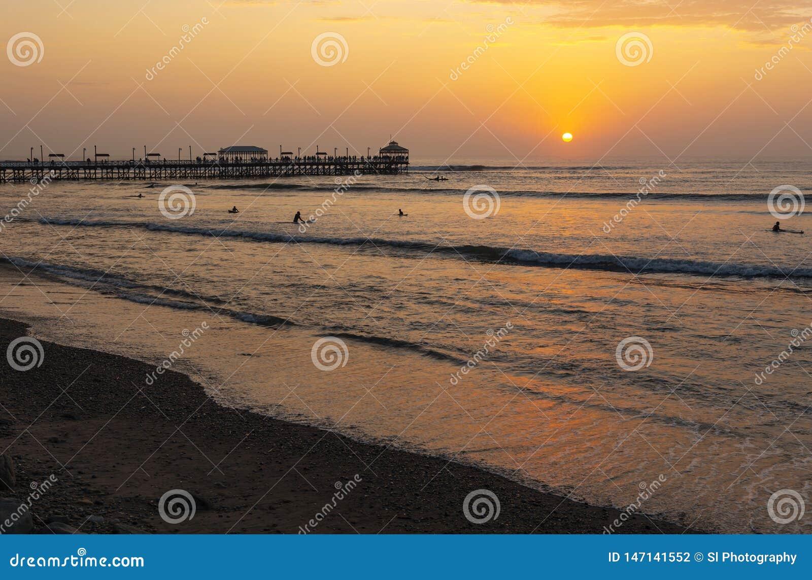 Huanchaco,秘鲁码头和海滩在日落的