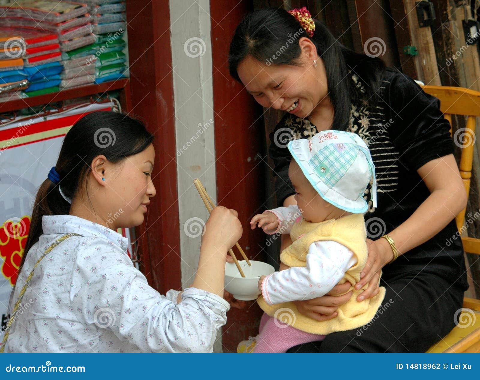 Huang por muito tempo Xi, China: Bebê de alimentação