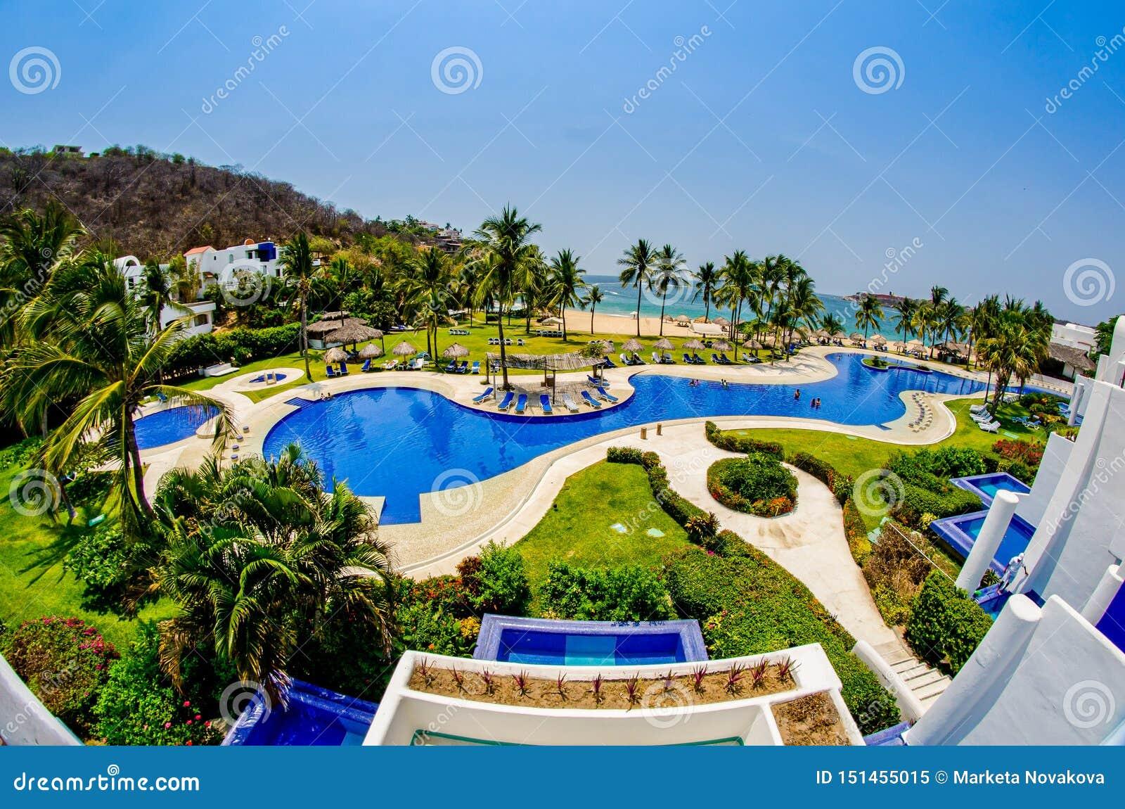 Huatulco,墨西哥- 2012年4月14日 阳台和海滩看法游泳场的太平洋