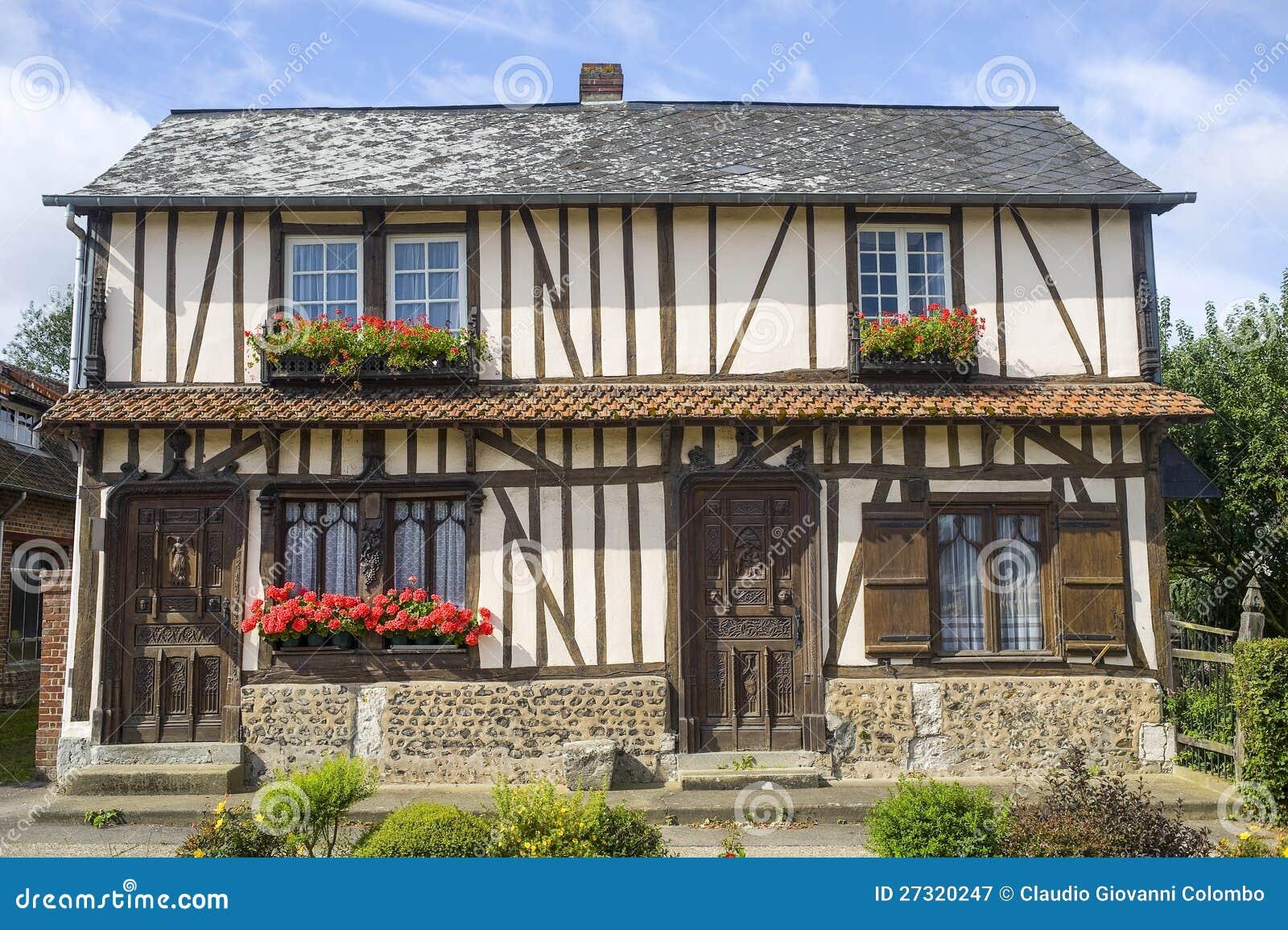Hublot fleuri de vieille maison en normandie photographie for Exterieur vieille maison