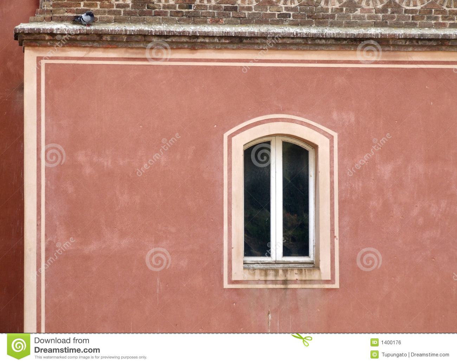Hublot simple sur un mur rouge