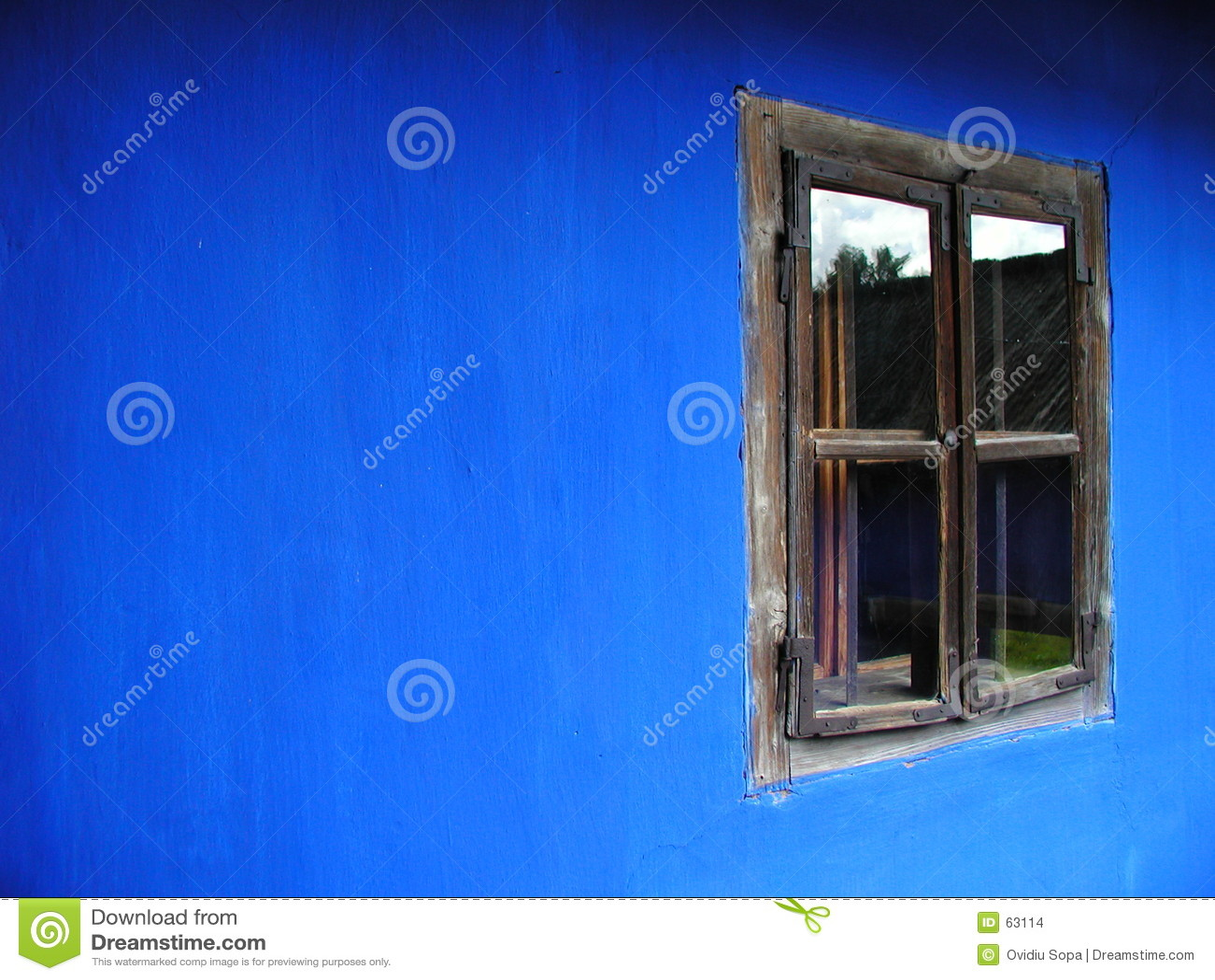 Hublot sur une maison bleue