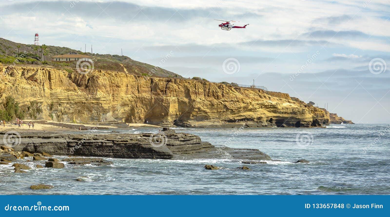 Hubschrauber über Klippe und Ozean in La Jolla CA
