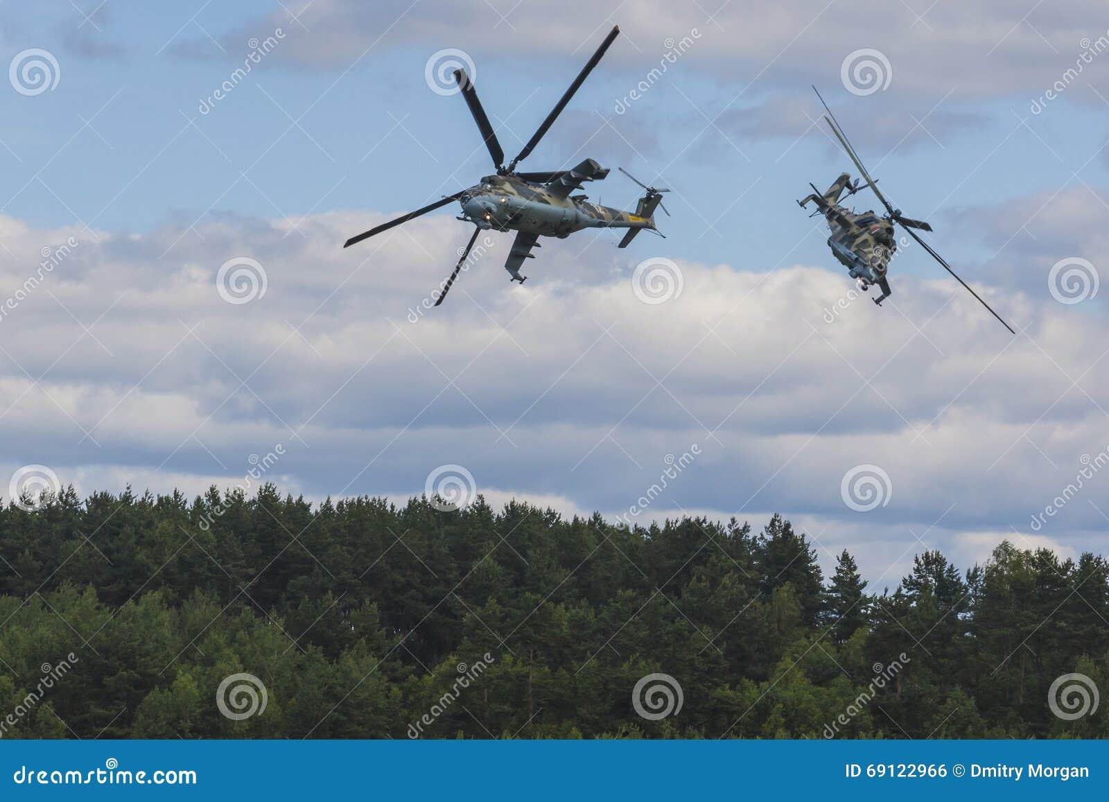 Hubschrauber MI-24 auf Luft während des Luftfahrt-Sportereignisses eingeweiht dem 80. Jahrestag von DOSAAF-Grundlage