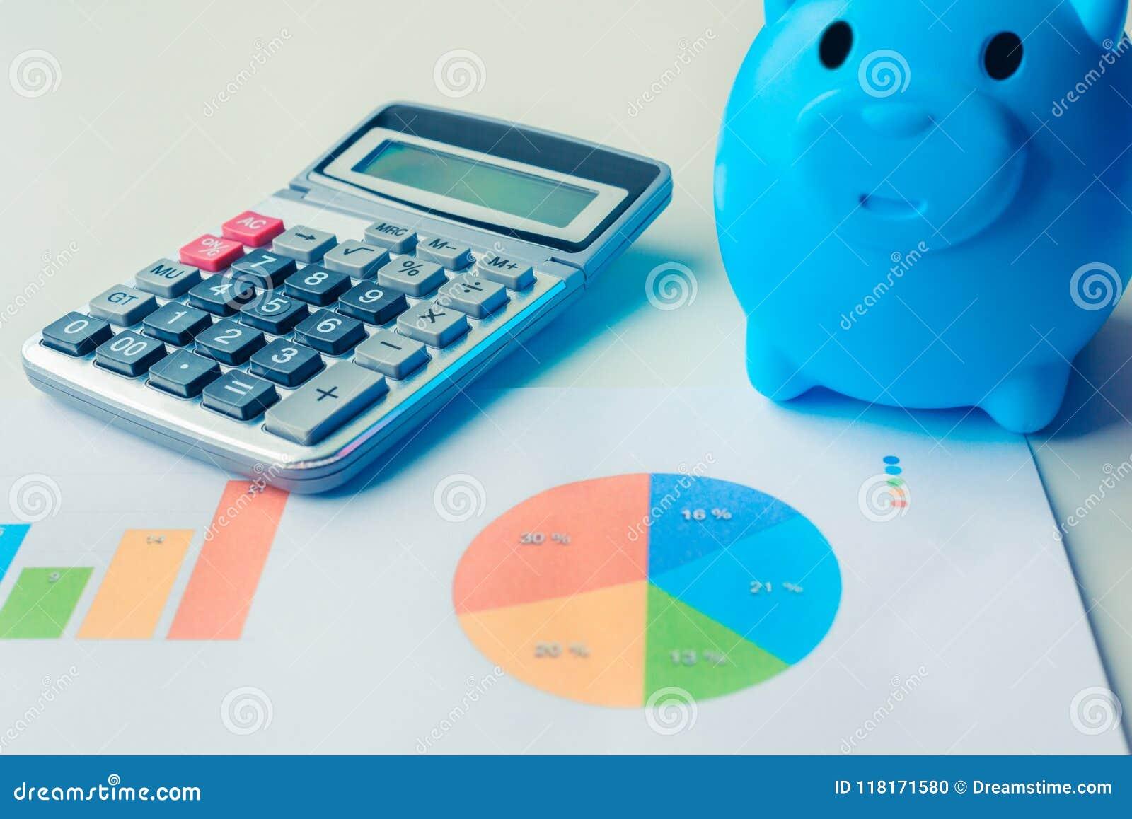 Hucha, calculadora y documentos financieros con datos de gráficos