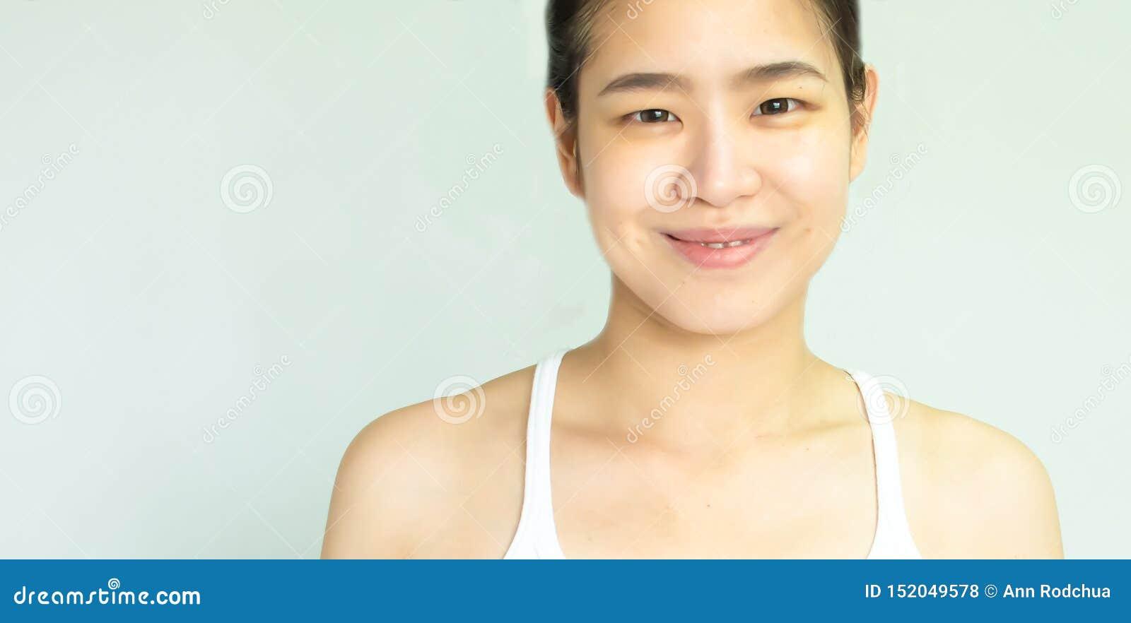 Hudframsida av den härliga kvinnan på vit bakgrund