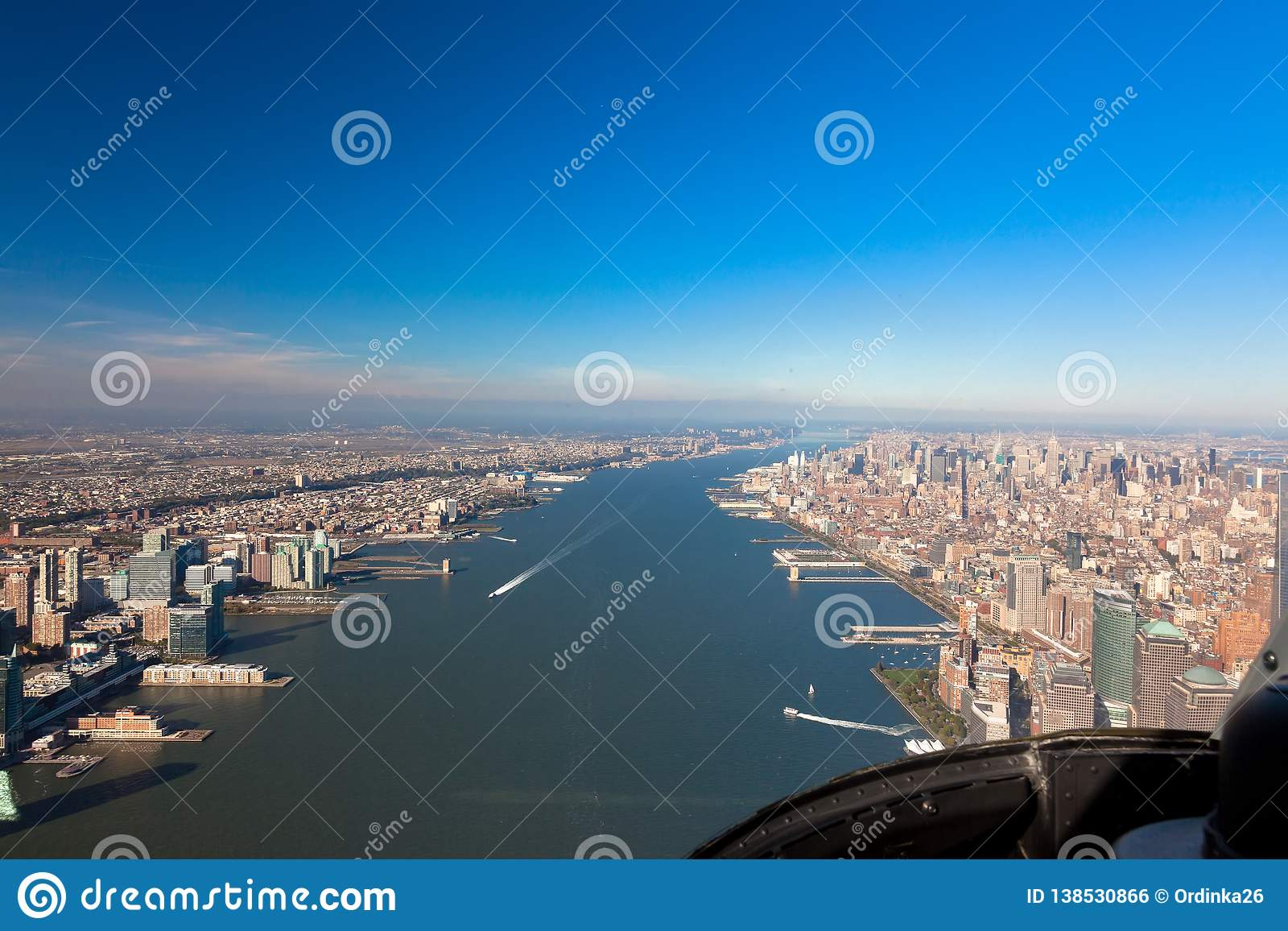 Hudson湾的鸟瞰图从一架直升机的驾驶舱的在纽约