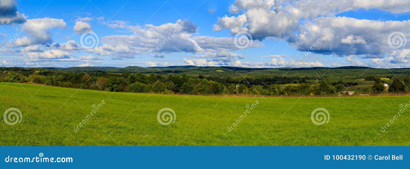 Hudson Valley-horizon met landbouwgrond en weiden op een wolk gevulde de zomerdag