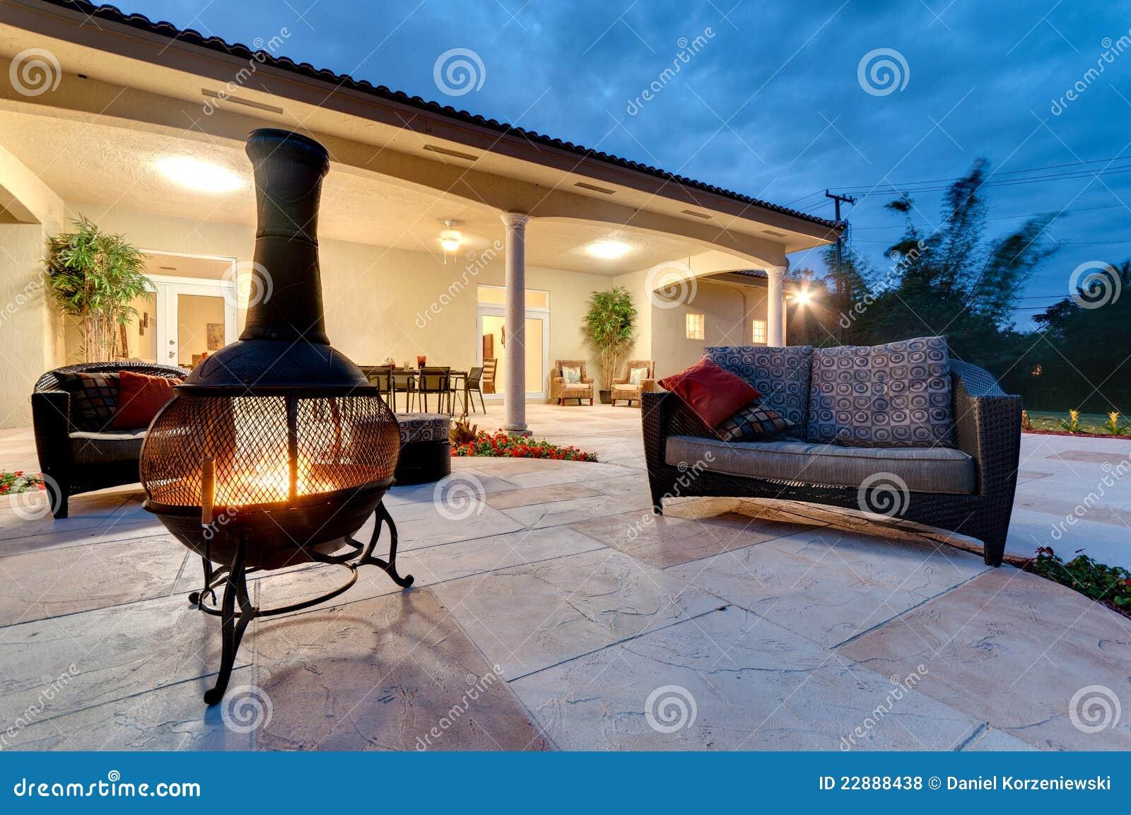 Hueco del fuego del patio trasero