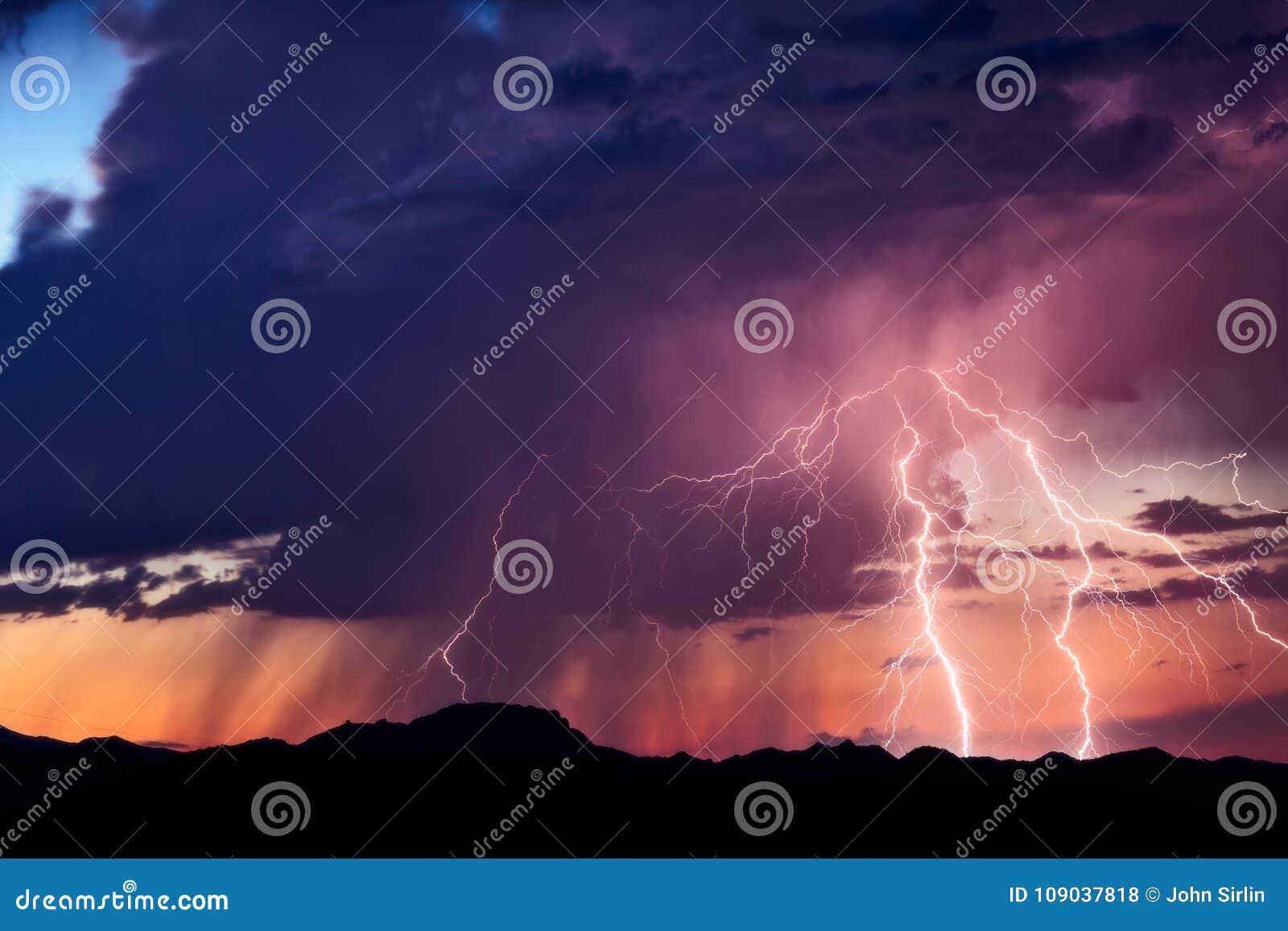 Huelga de los rayos de una tormenta en la puesta del sol
