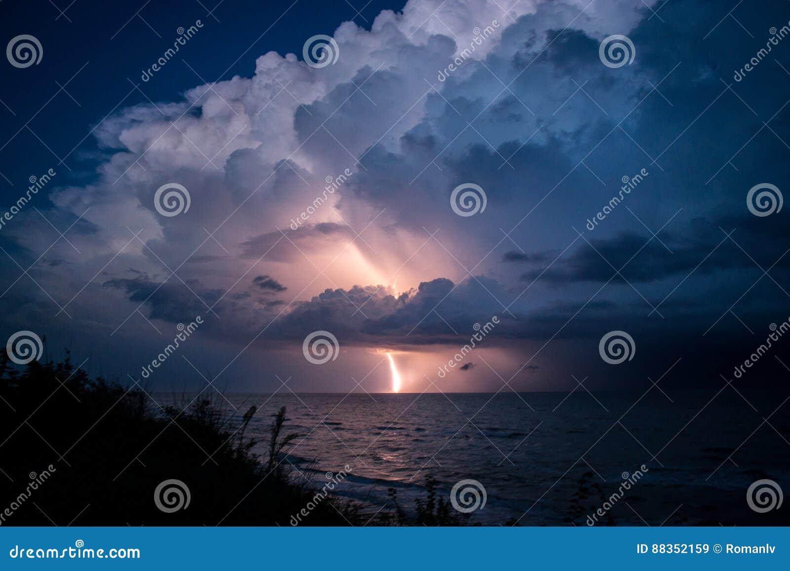 Huelga del relámpago de la nube hermosa grande después de la tormenta