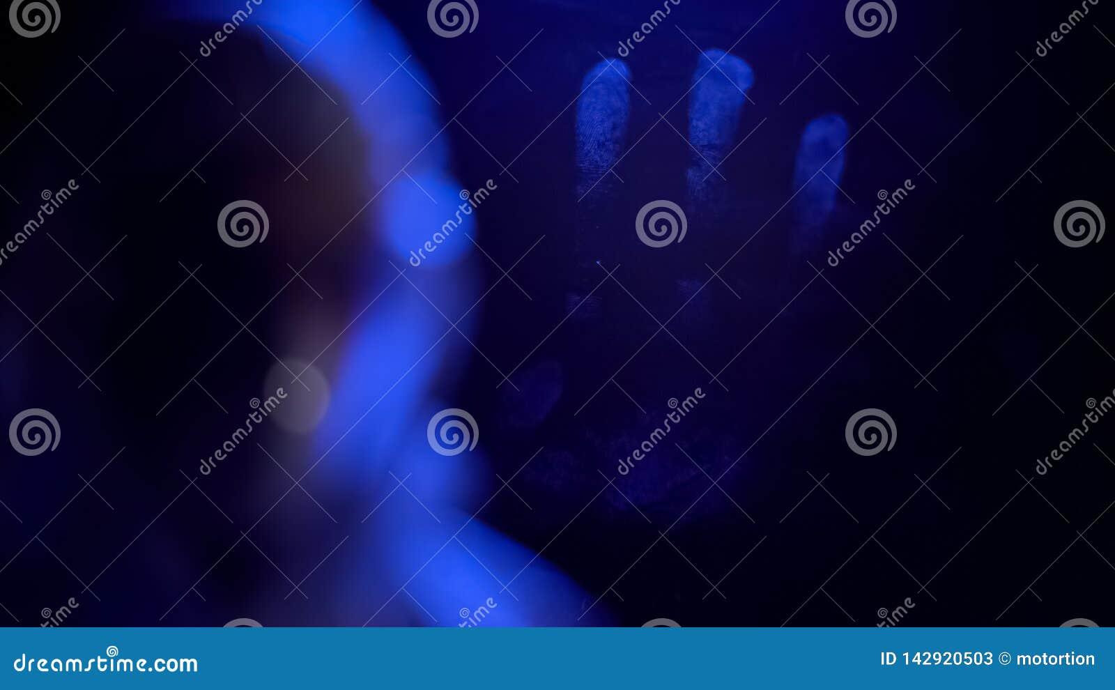 Huella dactilar de la mano en el vidrio de la ventana, pruebas del crimen, investigación de la ciencia forense