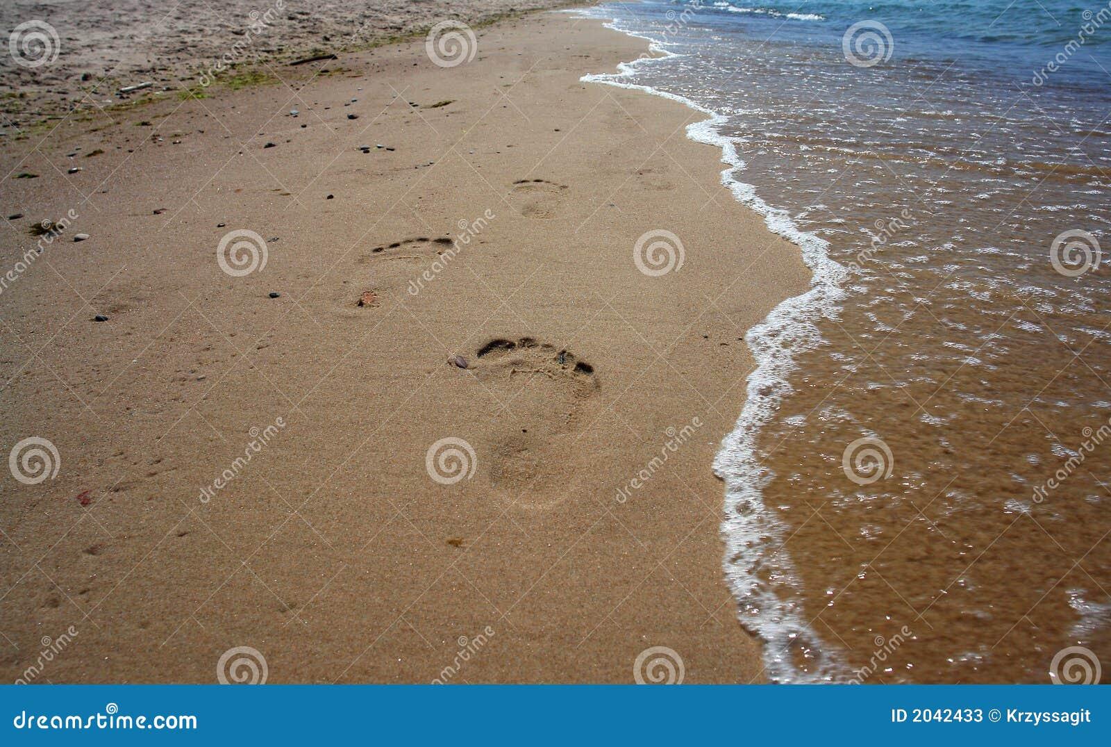 Huellas en la arena de la playa imagen de archivo for Arena de playa precio