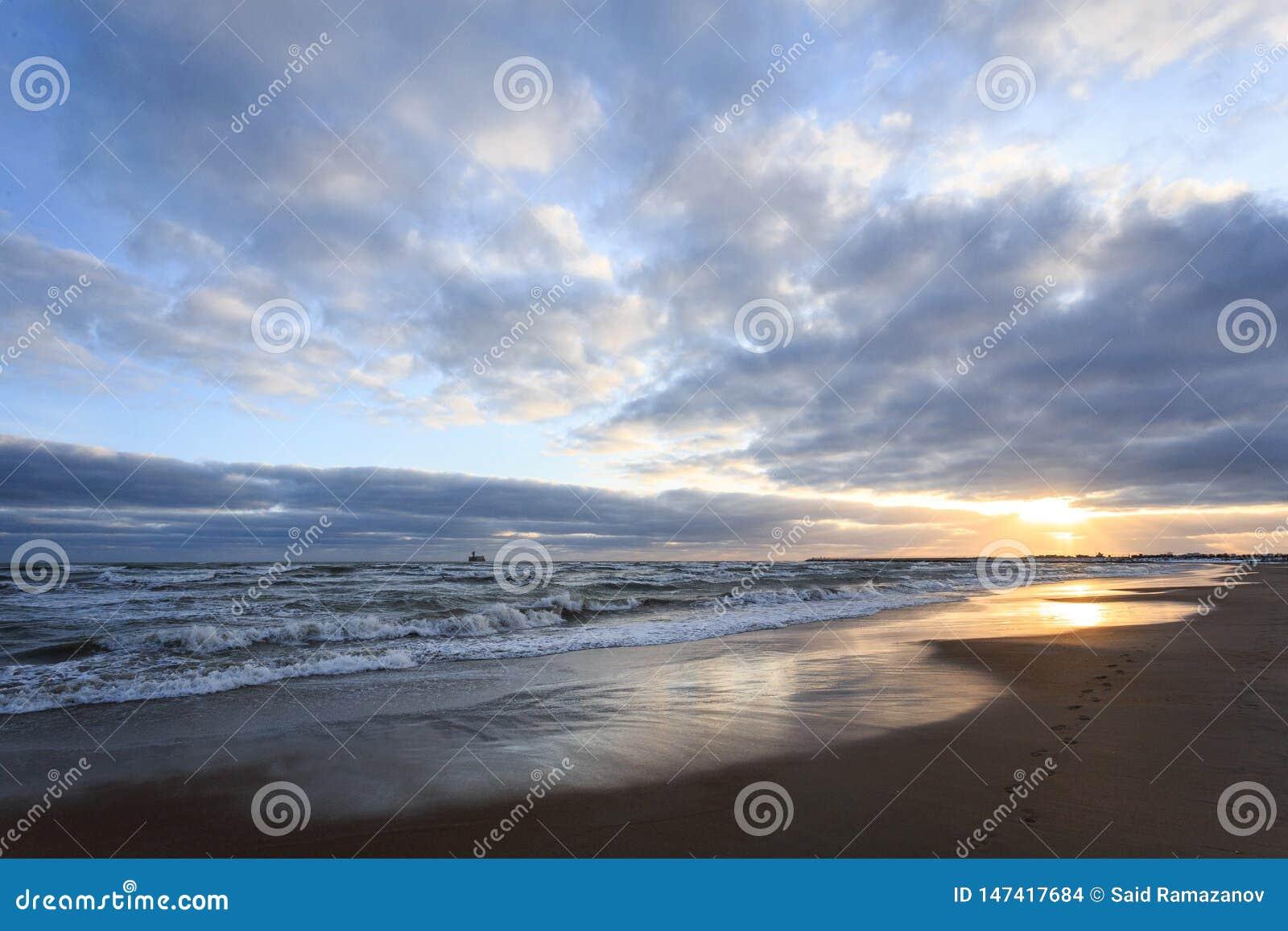Huellas en la arena por el mar