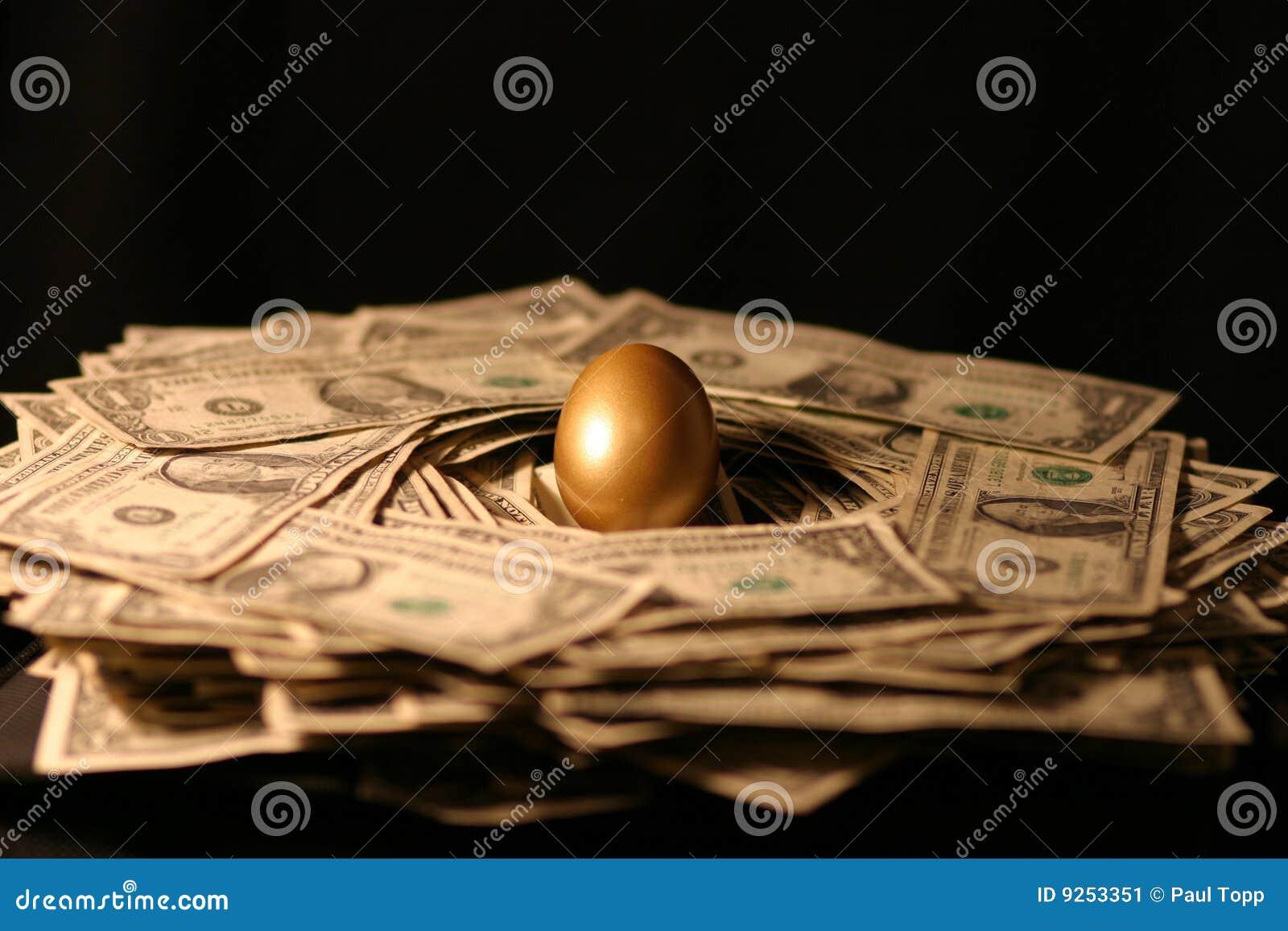 Huevo de jerarquía de oro del dinero