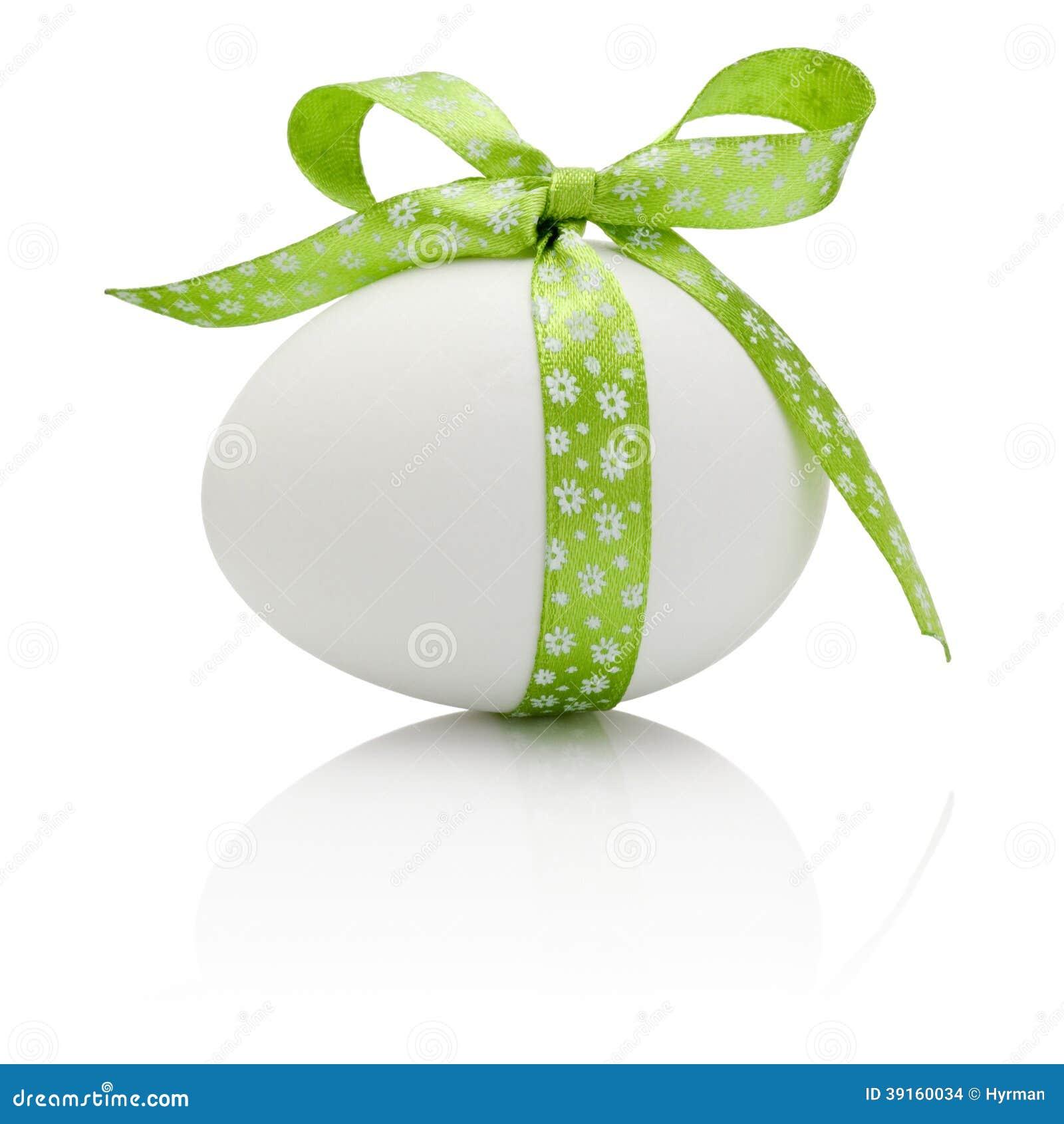 Huevo de Pascua con el arco verde festivo aislado