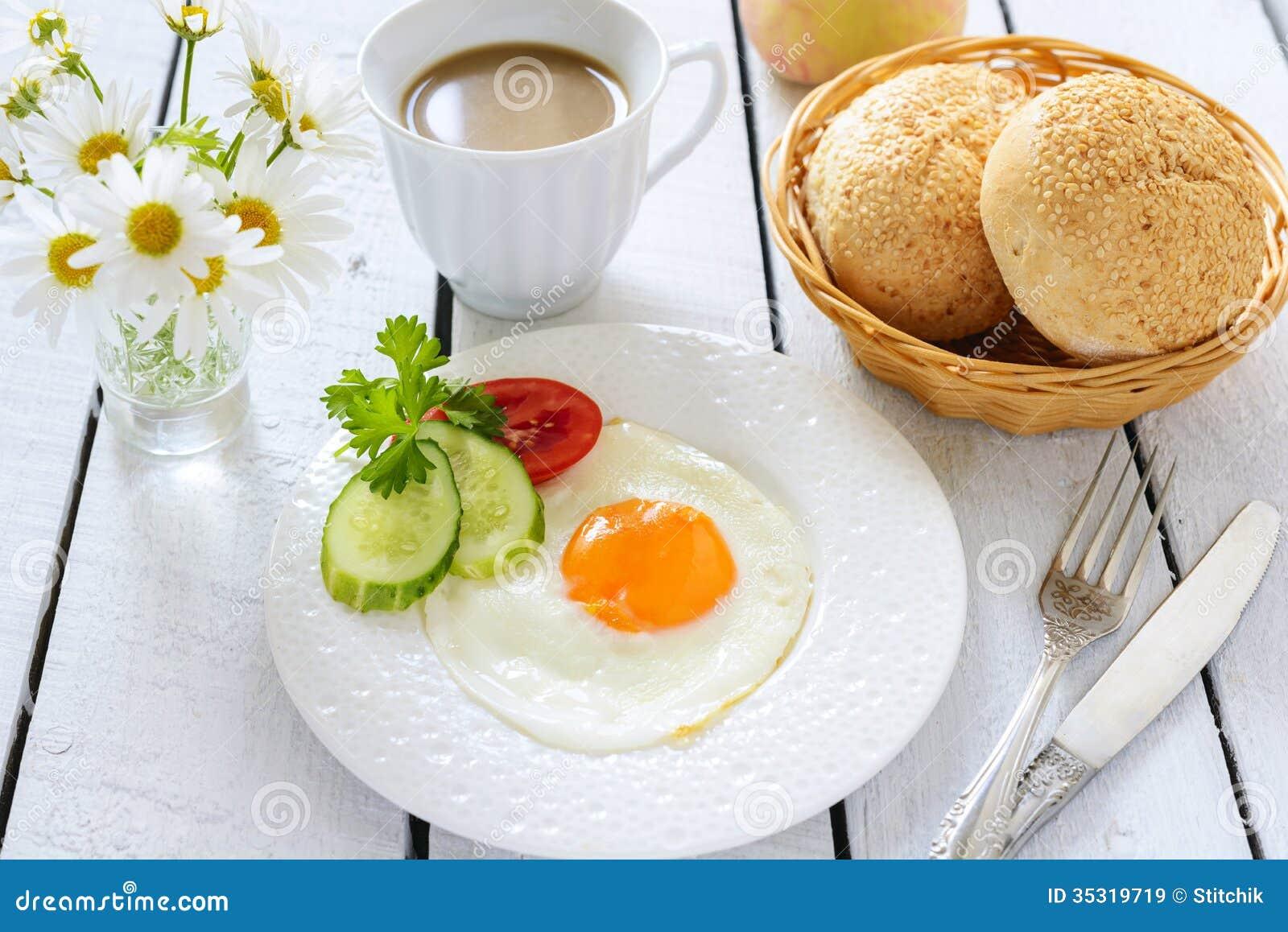 Huevo frito y taza de caf con leche im genes de archivo for Capacidad taza cafe con leche