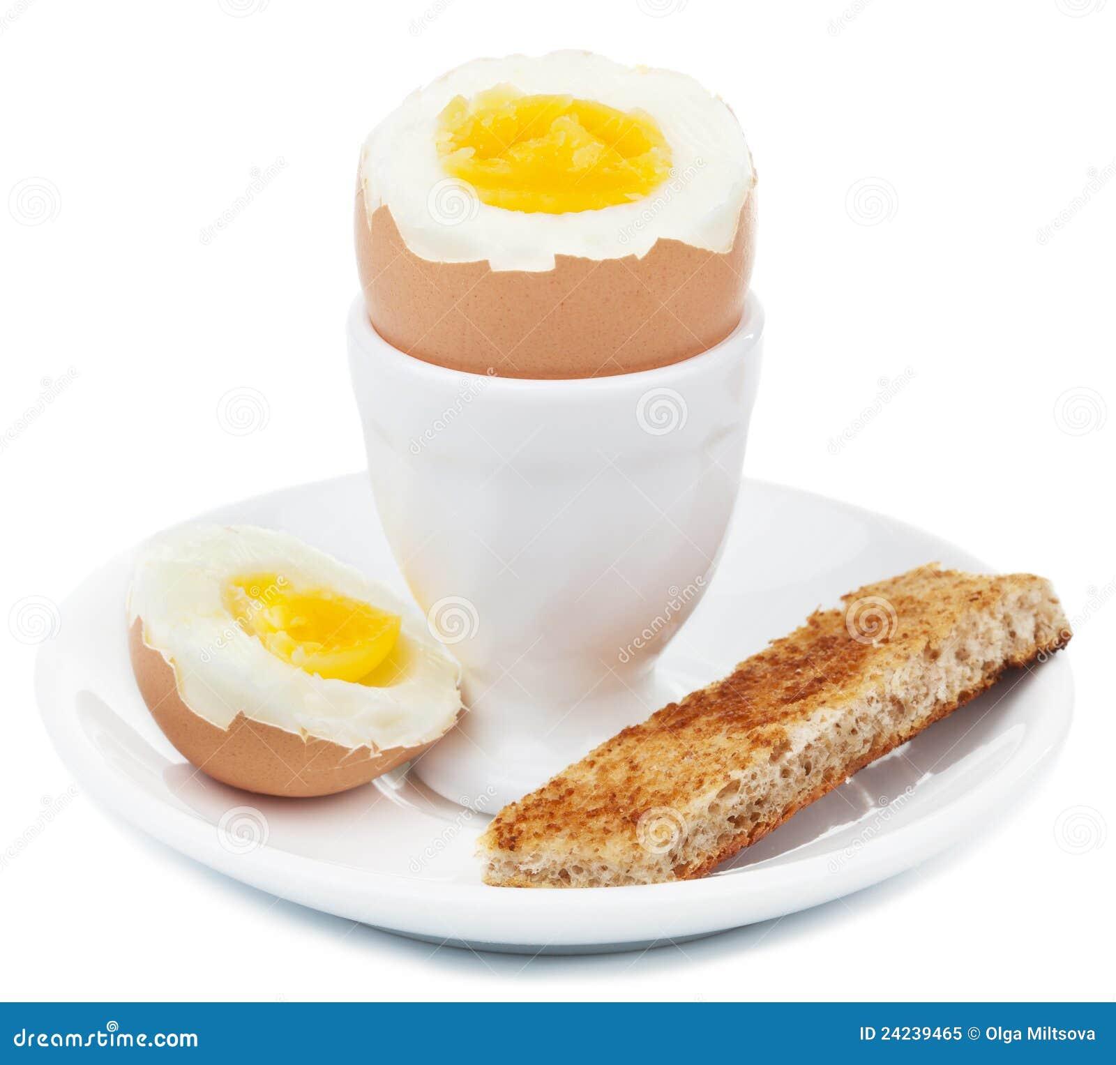 Huevo hervido en la huevera aislada