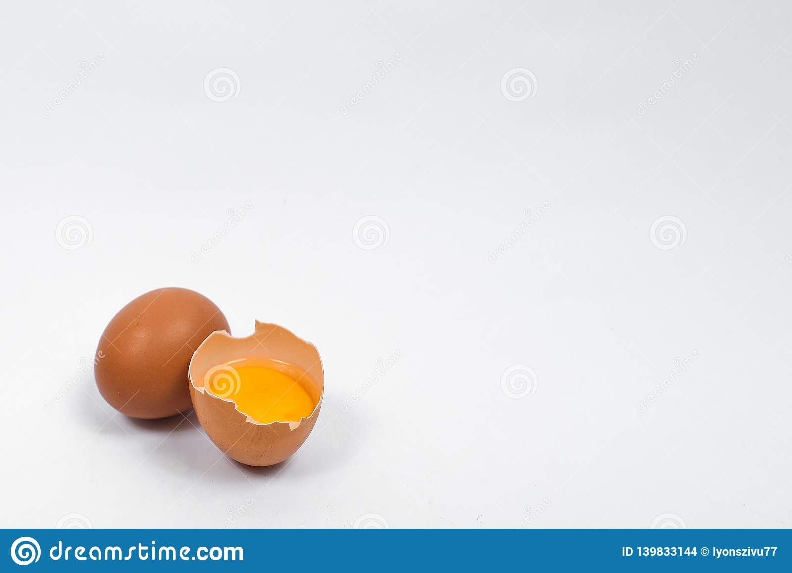 Huevos aislados en el fondo blanco