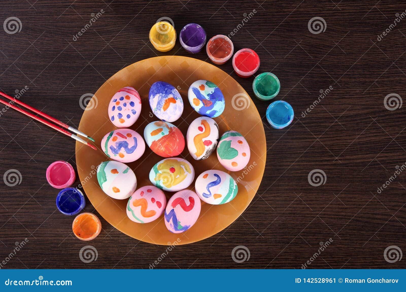 Huevos, brocha y pintura pintados de Pascua en la tabla Preparación para Pascua Vector de madera