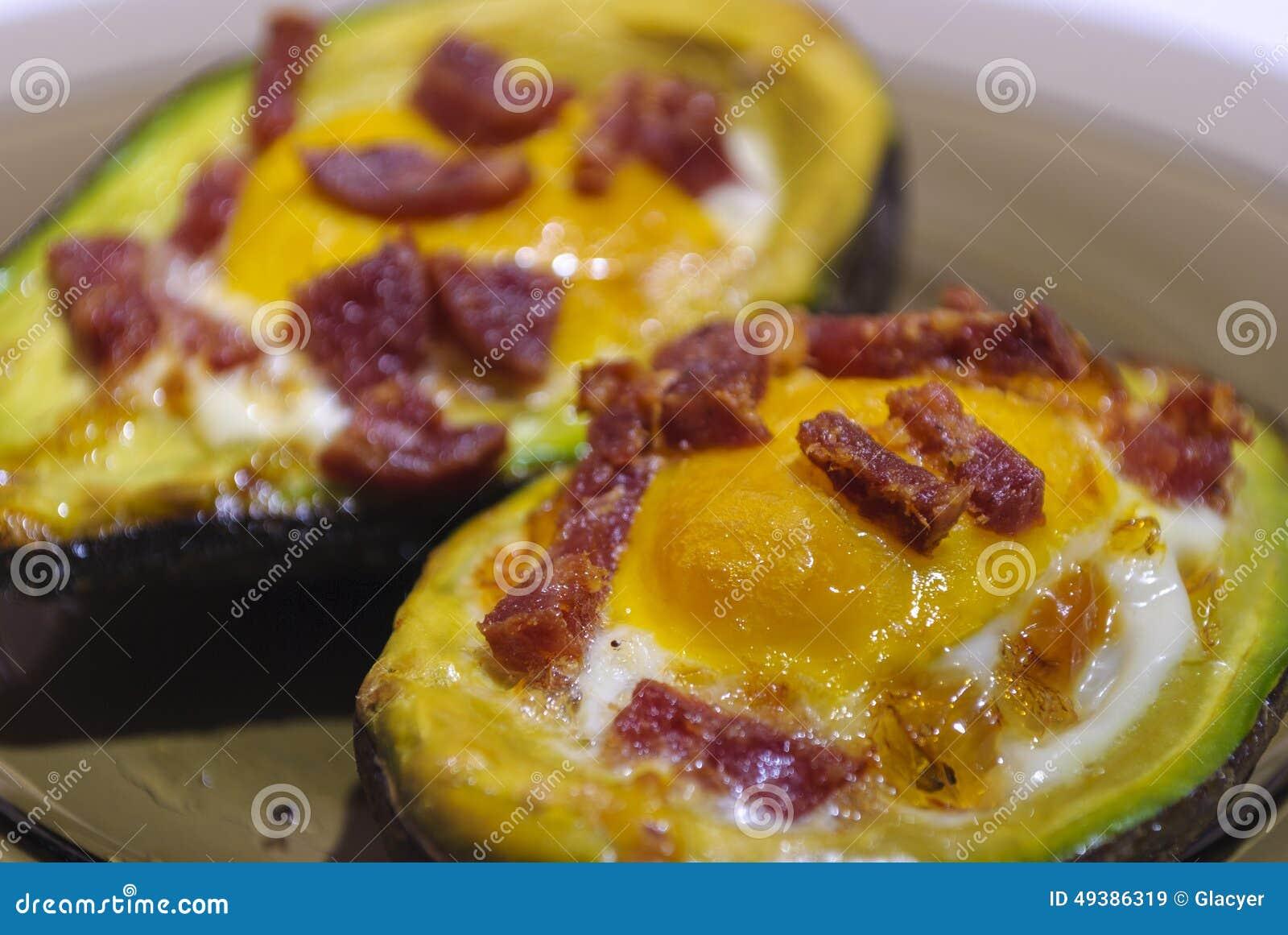 Huevos cocidos en aguacate