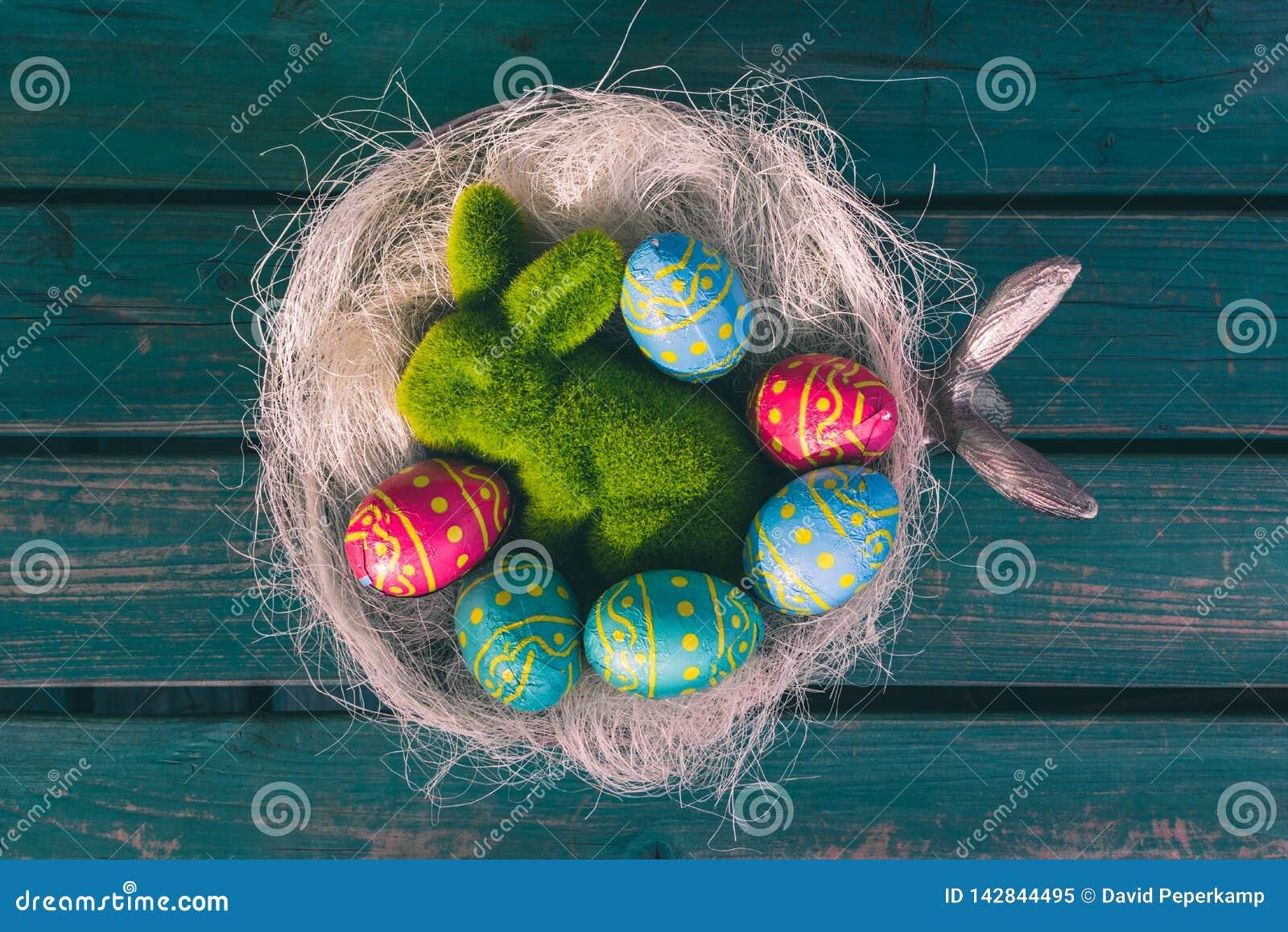 Huevos de chocolate de Pascua en un cuenco