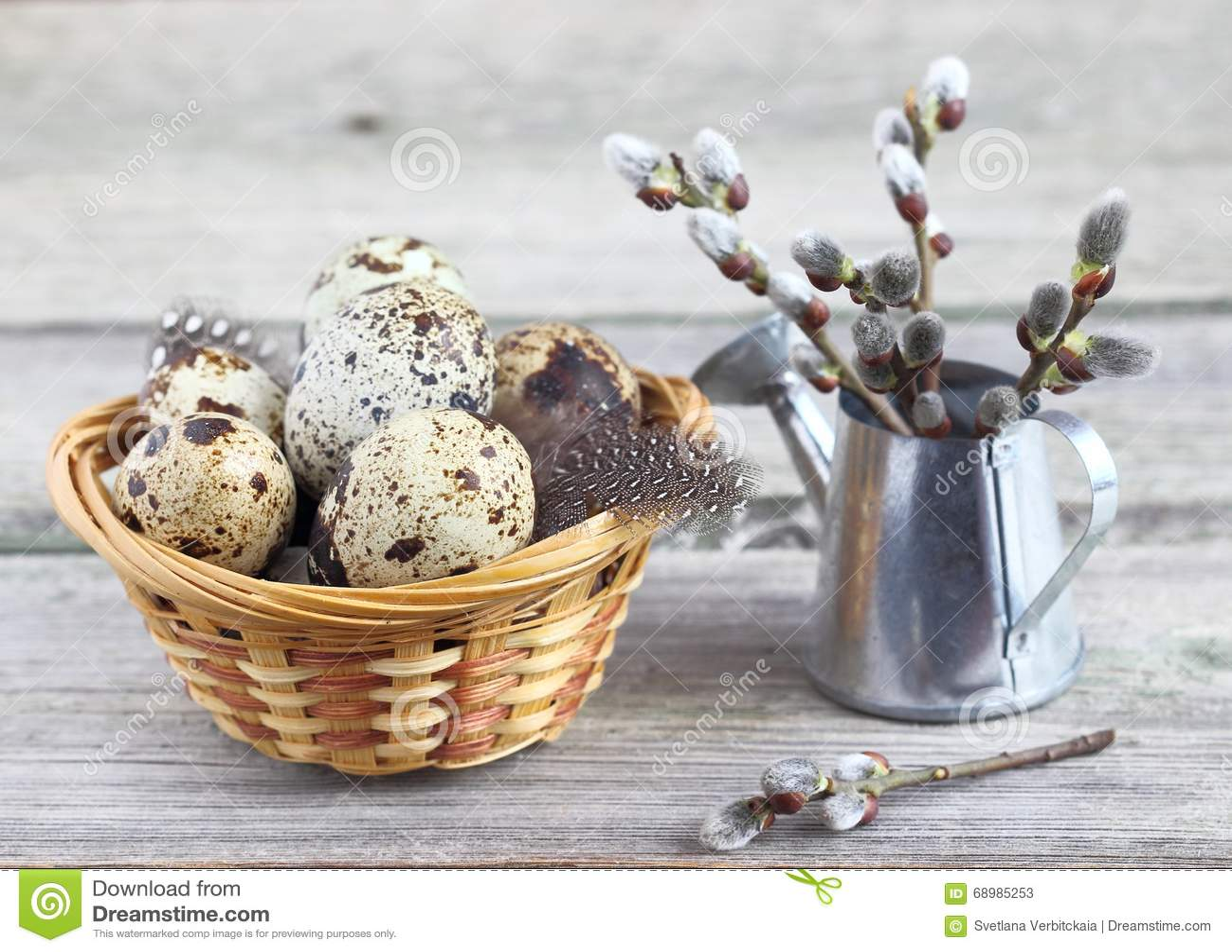 Huevos de codornices en una cesta