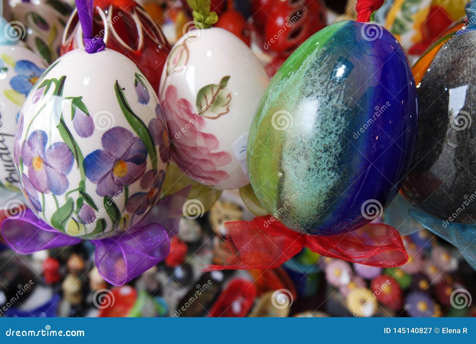 Huevos de Pascua de cerámica coloridos en el mercado