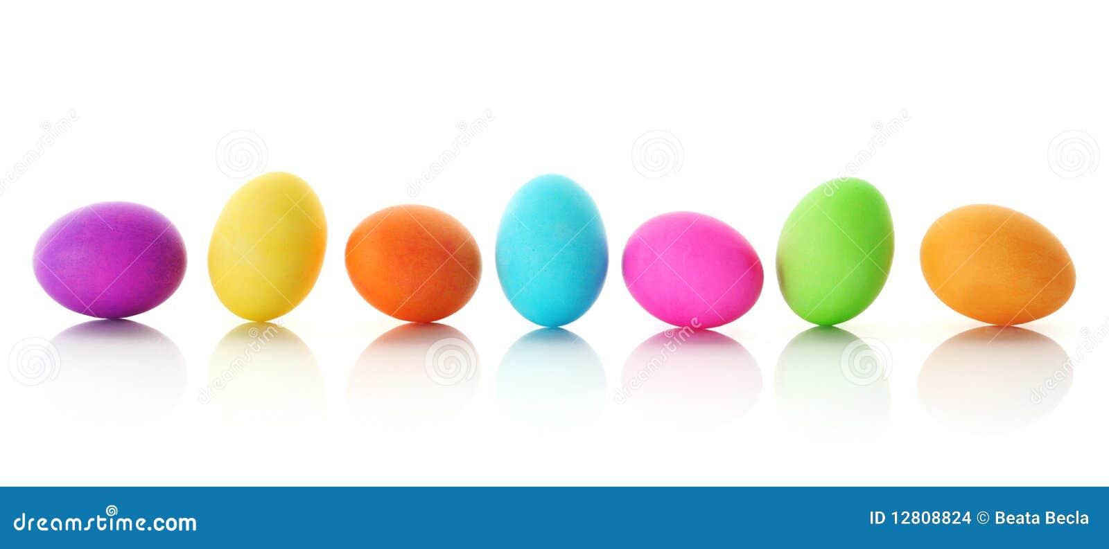 Huevos de Pascua coloridos en una fila