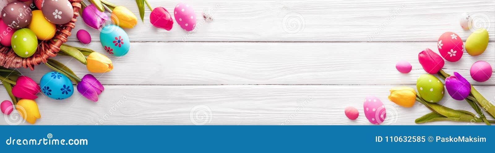 Huevos de Pascua con las flores