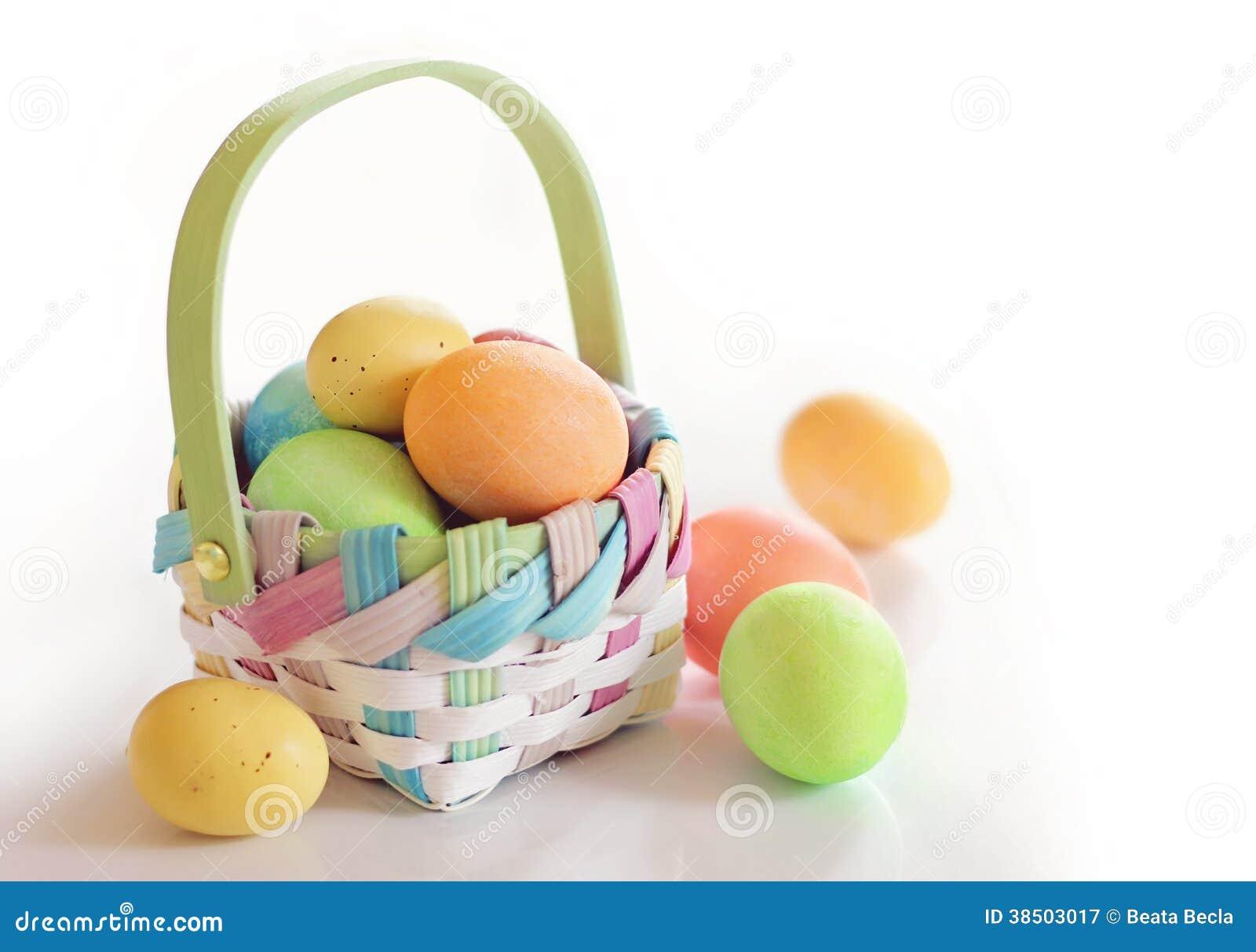 Huevos de Pascua de la primavera en una cesta
