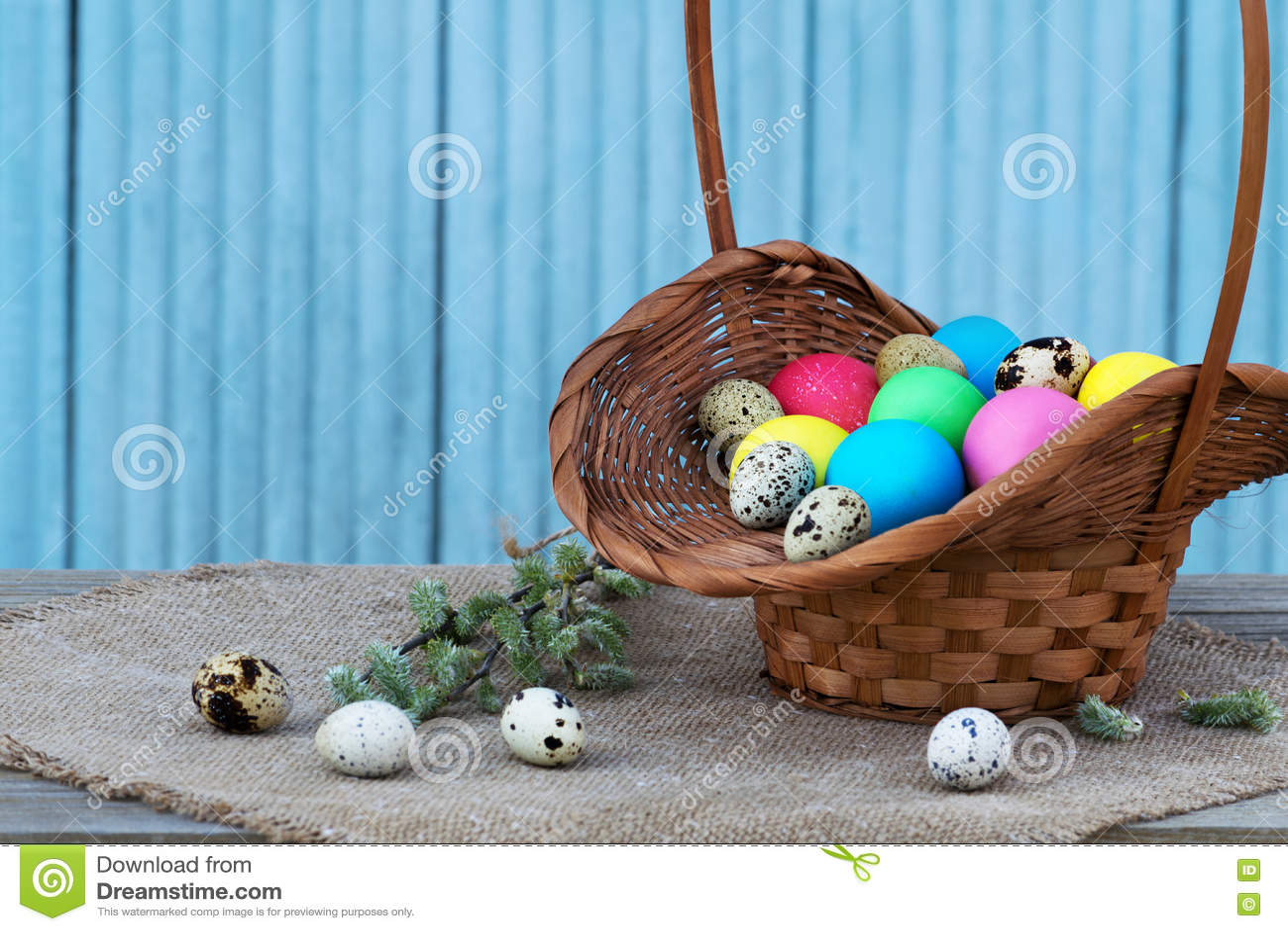 Huevos de Pascua en cesta de la paja