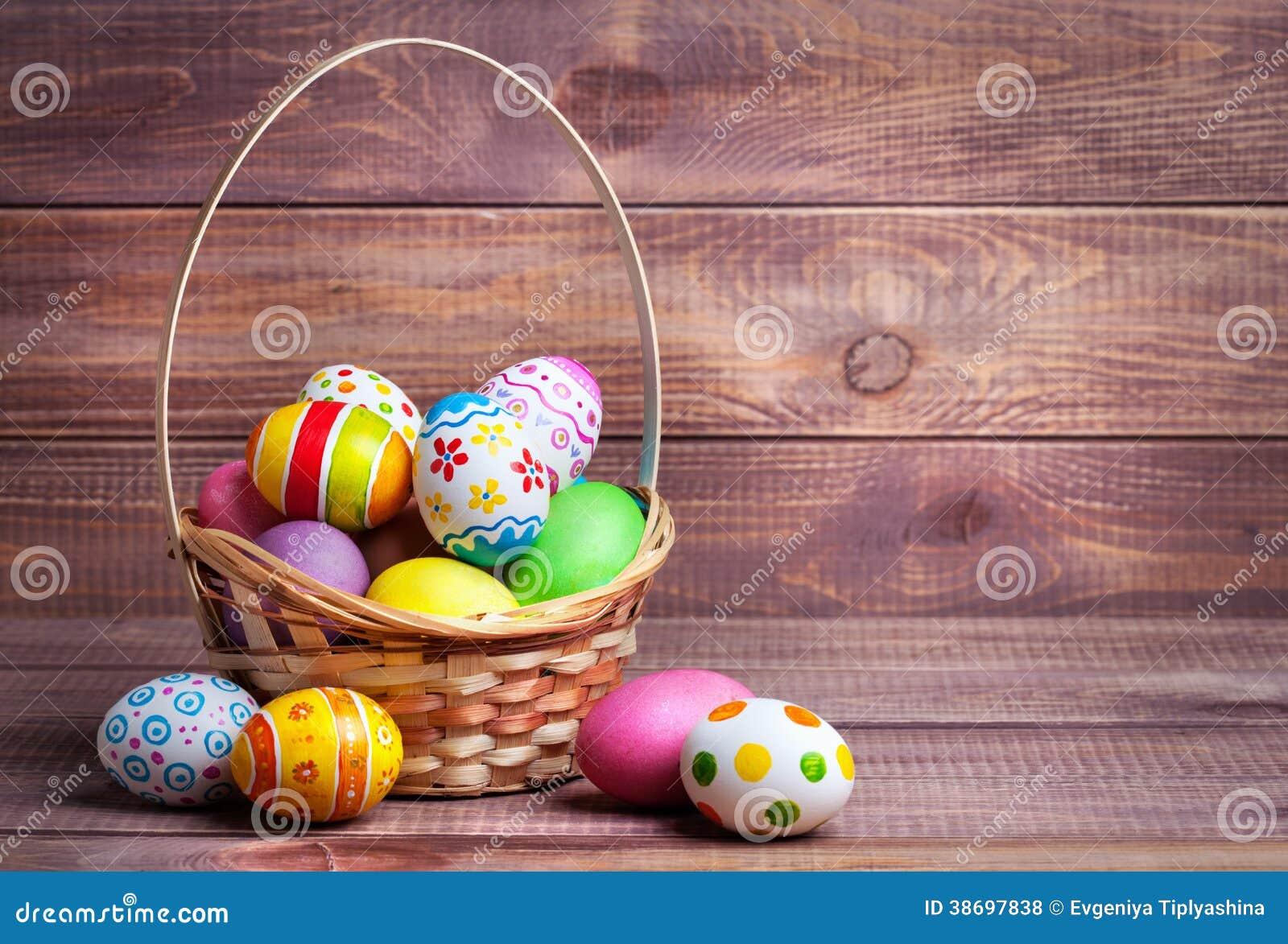Huevos de Pascua en la cesta