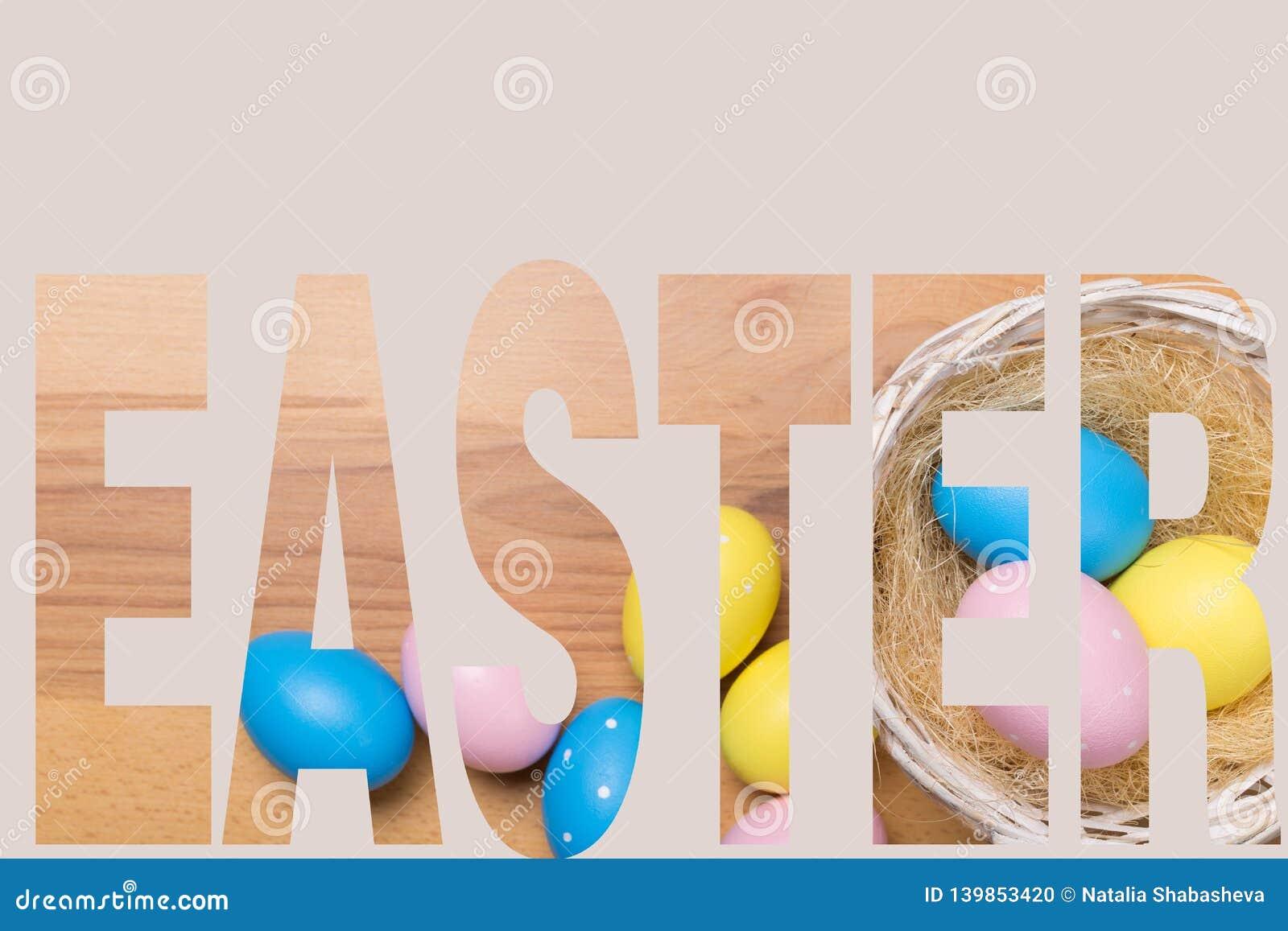 Huevos de Pascua en la cesta en fondo de madera
