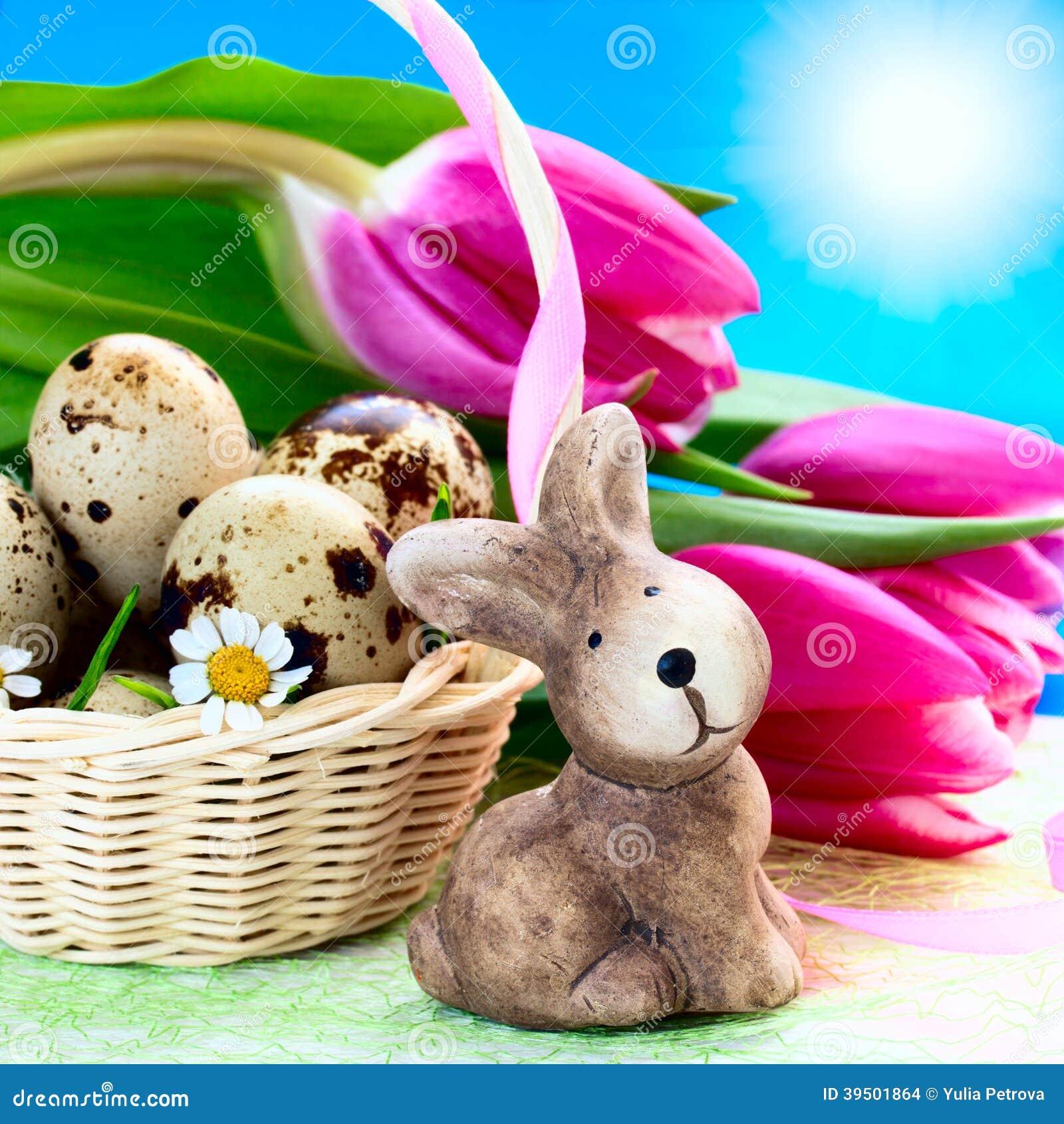 Huevos de Pascua en la cesta y el conejo