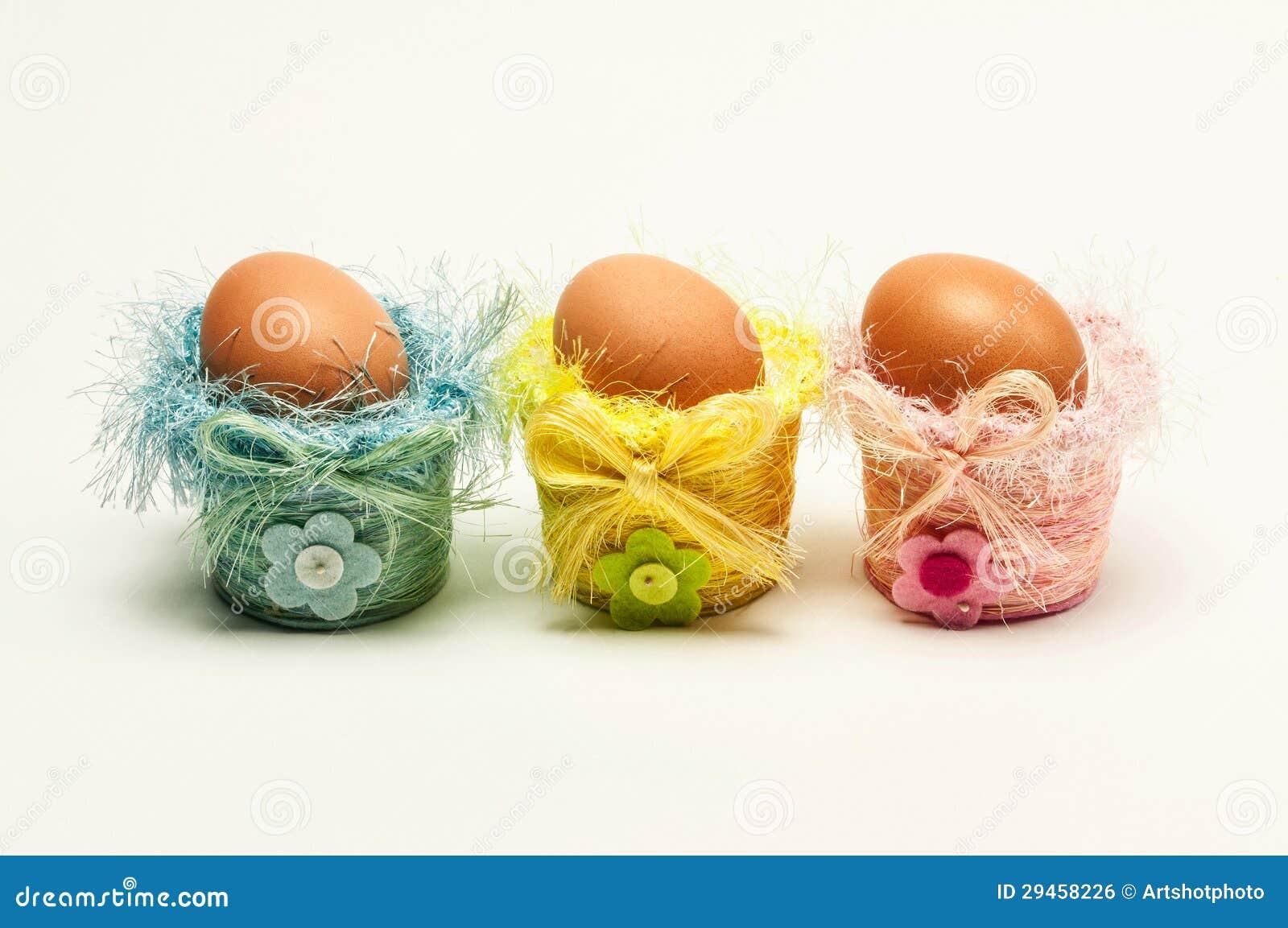 Huevos de pascua en peque as cestas decorativas imagen de - Cestas decorativas ...