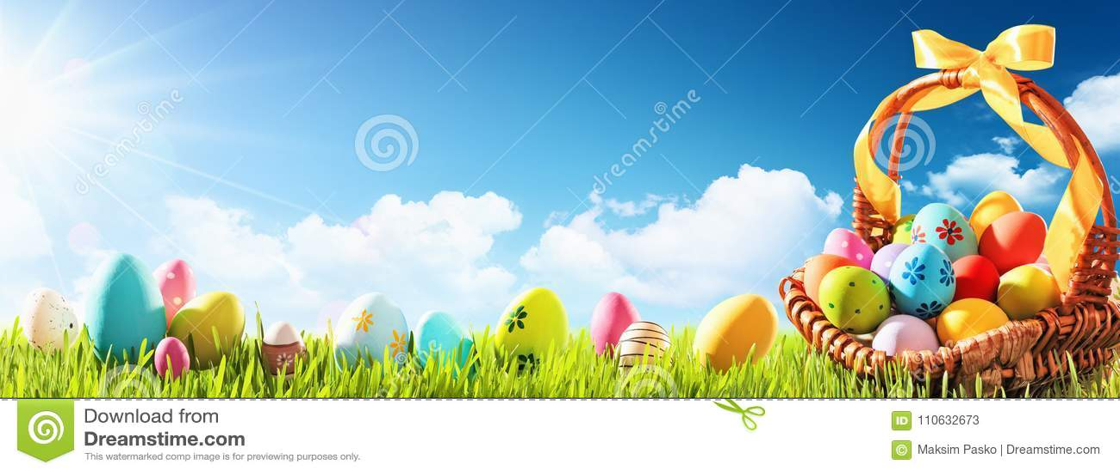 Huevos de Pascua en una cesta en hierba verde