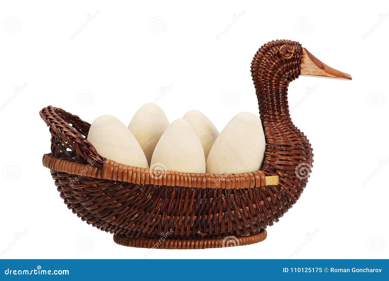 Huevos de Pascua en una cesta de mimbre mimbre del pato Huevo de madera