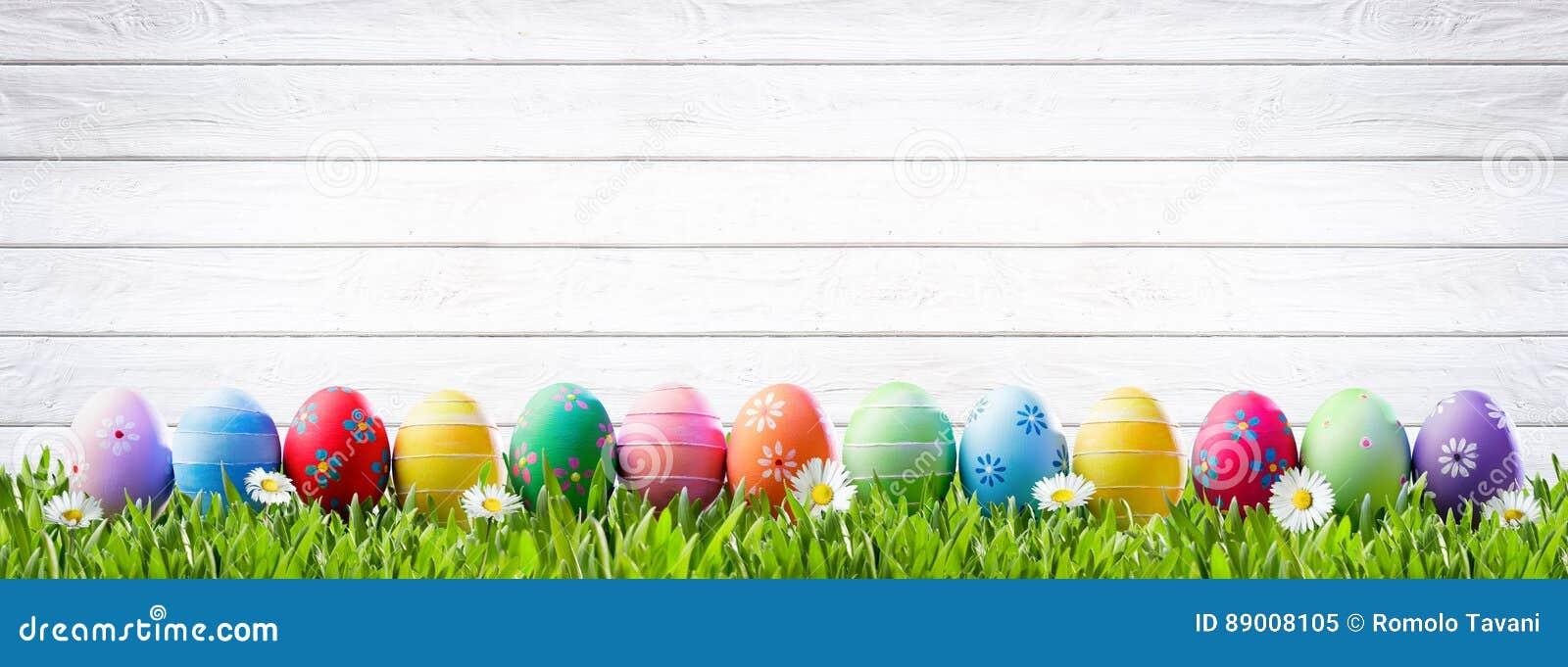 Huevos de Pascua en una fila