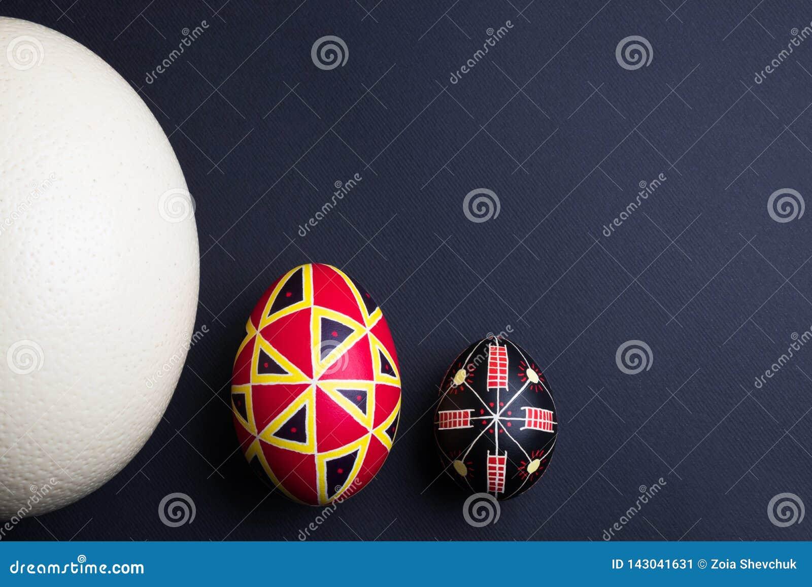 Huevos de Pascua hechos a mano étnicos perfectos de diversos tamaños Adornado con los modelos