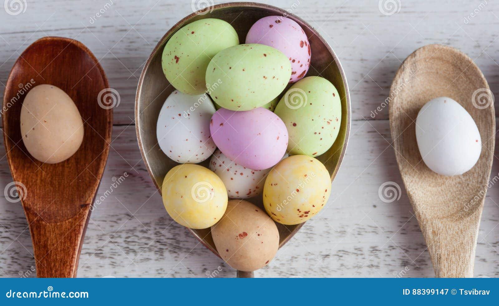 Huevos de Pascua - manchados y azúcar cubrió en spo de madera y de plata