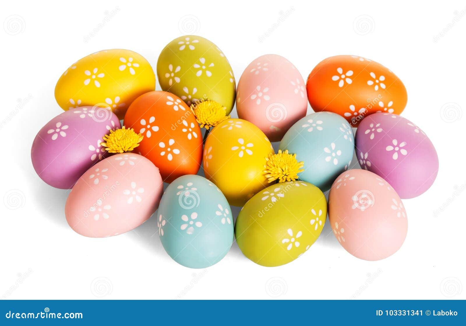 Huevos de Pascua multicolores, flores, aisladas en el fondo blanco