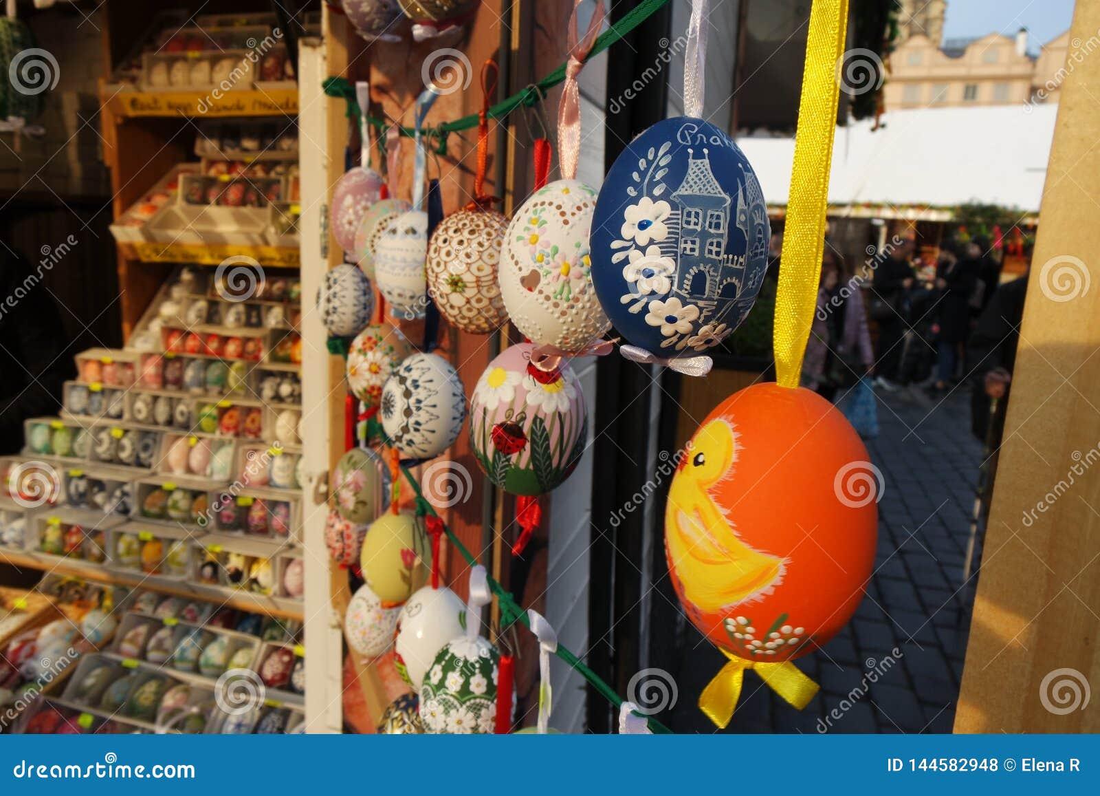 Huevos de Pascua pintados en el mercado